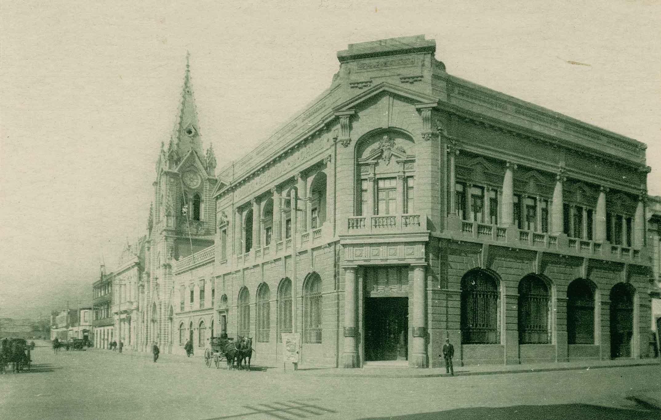 Enterreno - Fotos históricas de chile - fotos antiguas de Chile - Banco Español e Iglesia de Antofagasta, ca. 1910