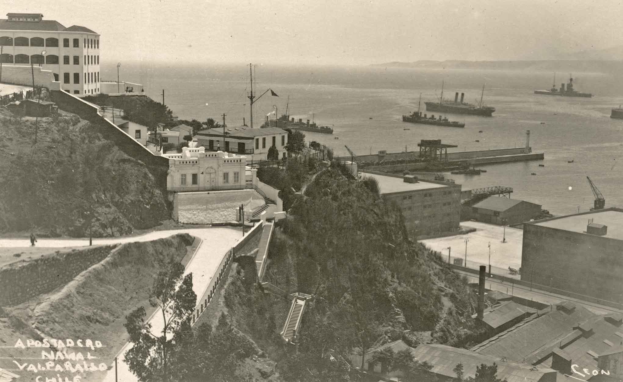 Enterreno - Fotos históricas de chile - fotos antiguas de Chile - Aposadero Naval de Valparaíso en 1920