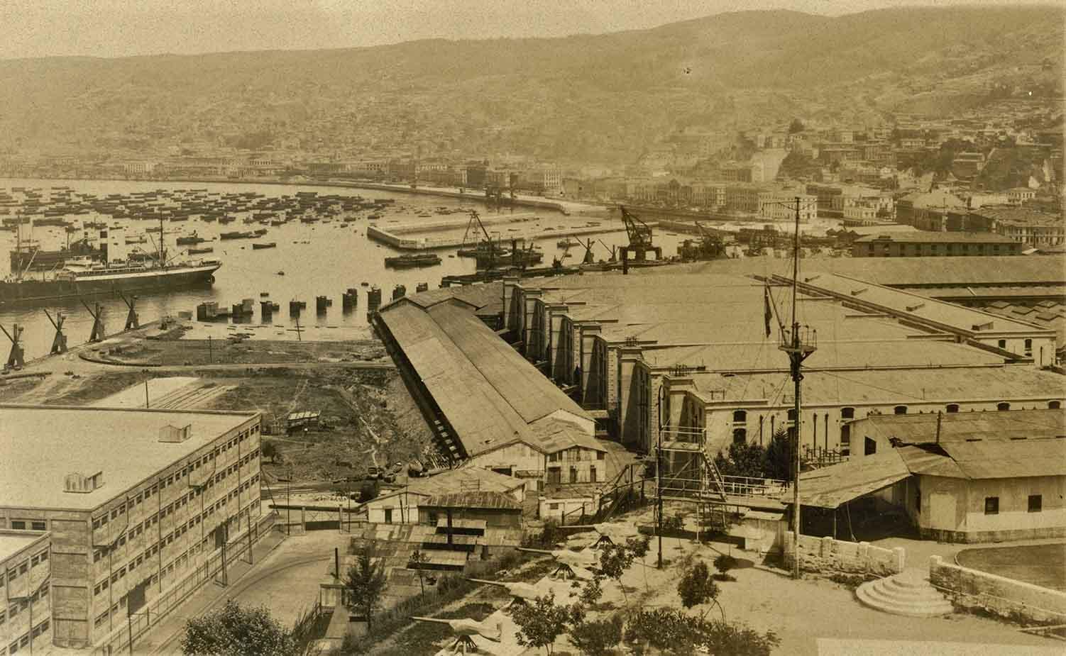 Enterreno - Fotos históricas de chile - fotos antiguas de Chile - Muelle, Malecón y Puerto de Valparaíso en 1922