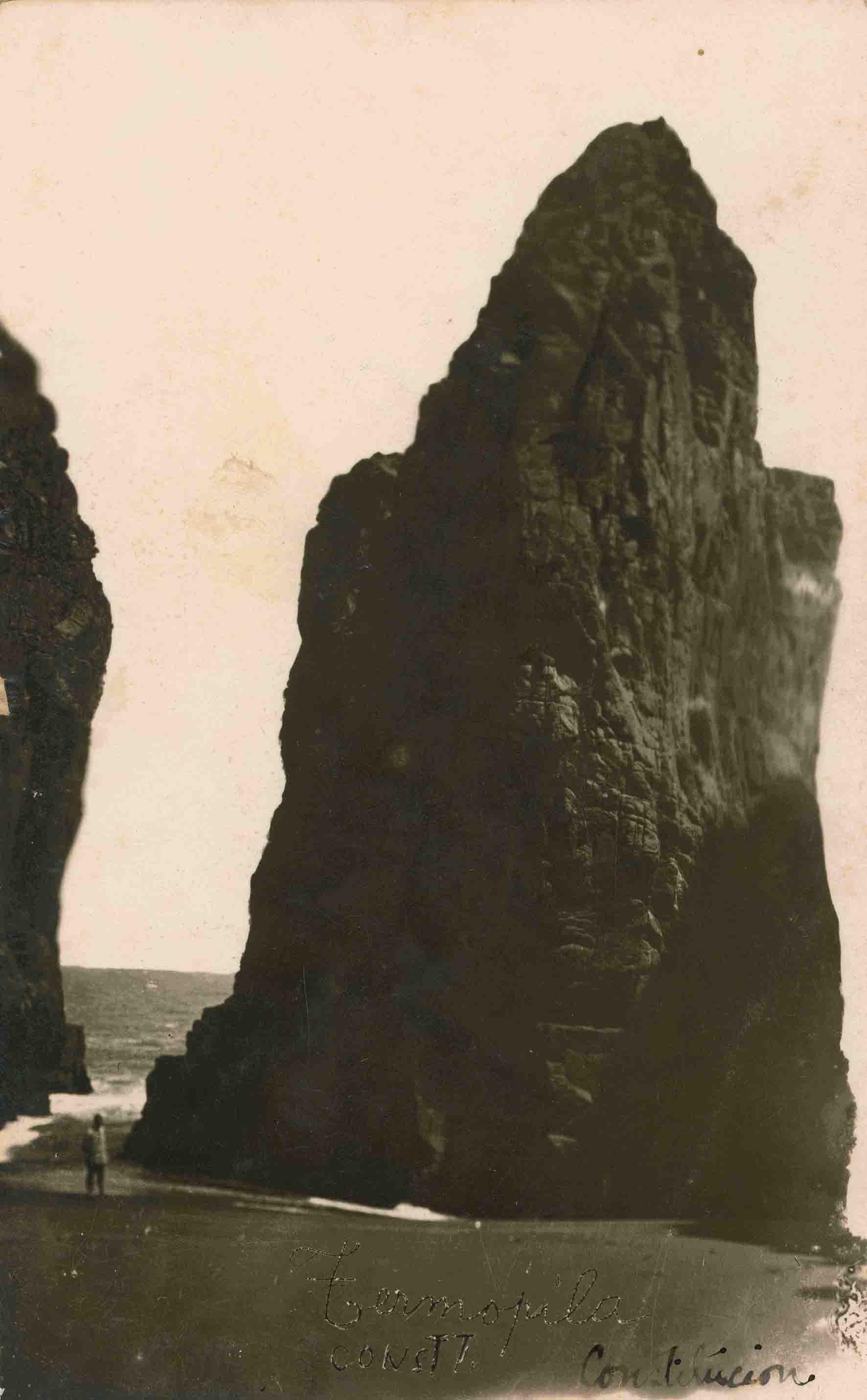 Enterreno - Fotos históricas de chile - fotos antiguas de Chile - Rocas de Constituciín ca. 1915