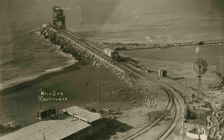 Enterreno - Fotos históricas de chile - fotos antiguas de Chile - Molo sur de Constitución ca. 1930