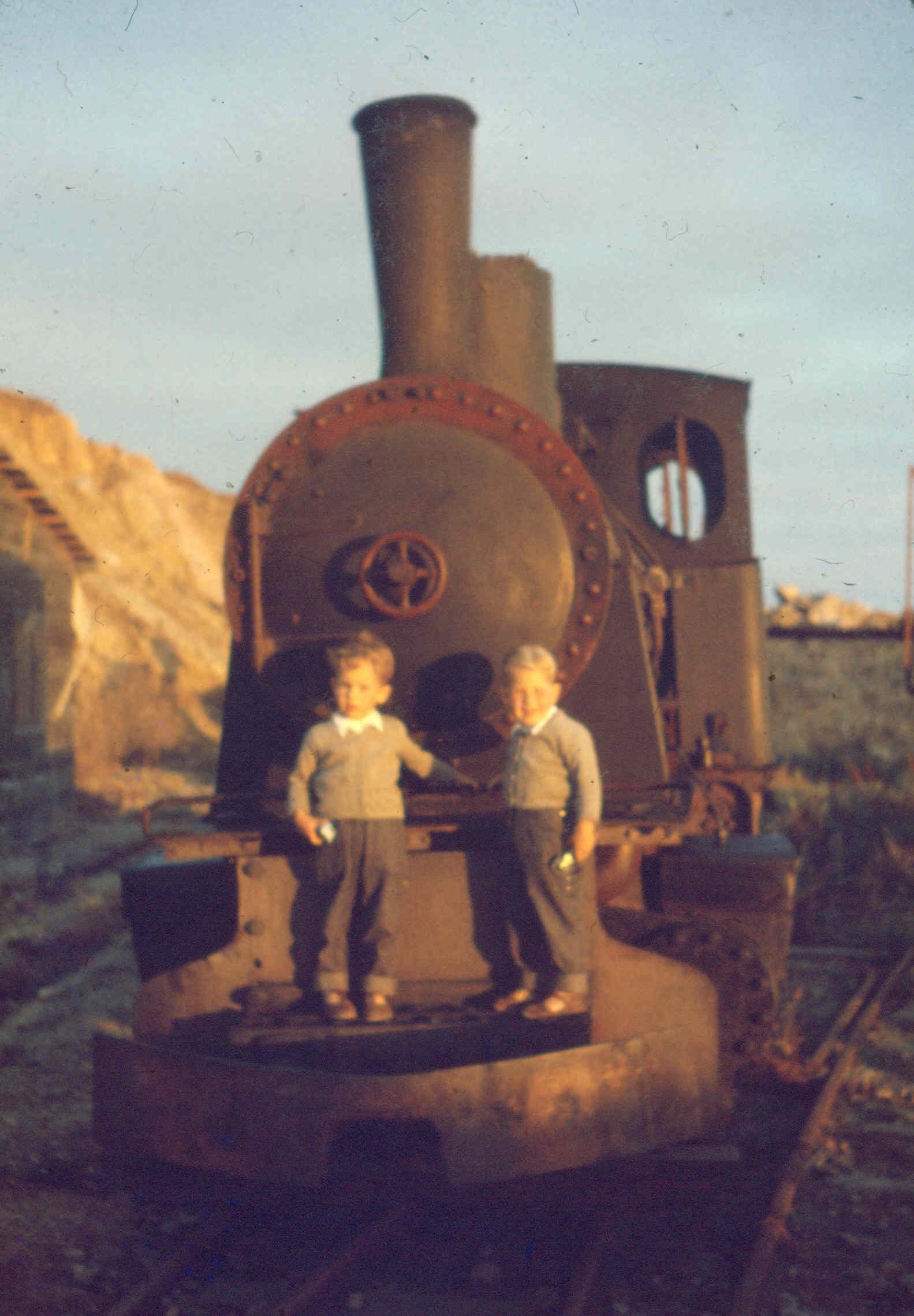 Enterreno - Fotos históricas de chile - fotos antiguas de Chile - Niños sobre ferrocarril, San Antonio, 1957