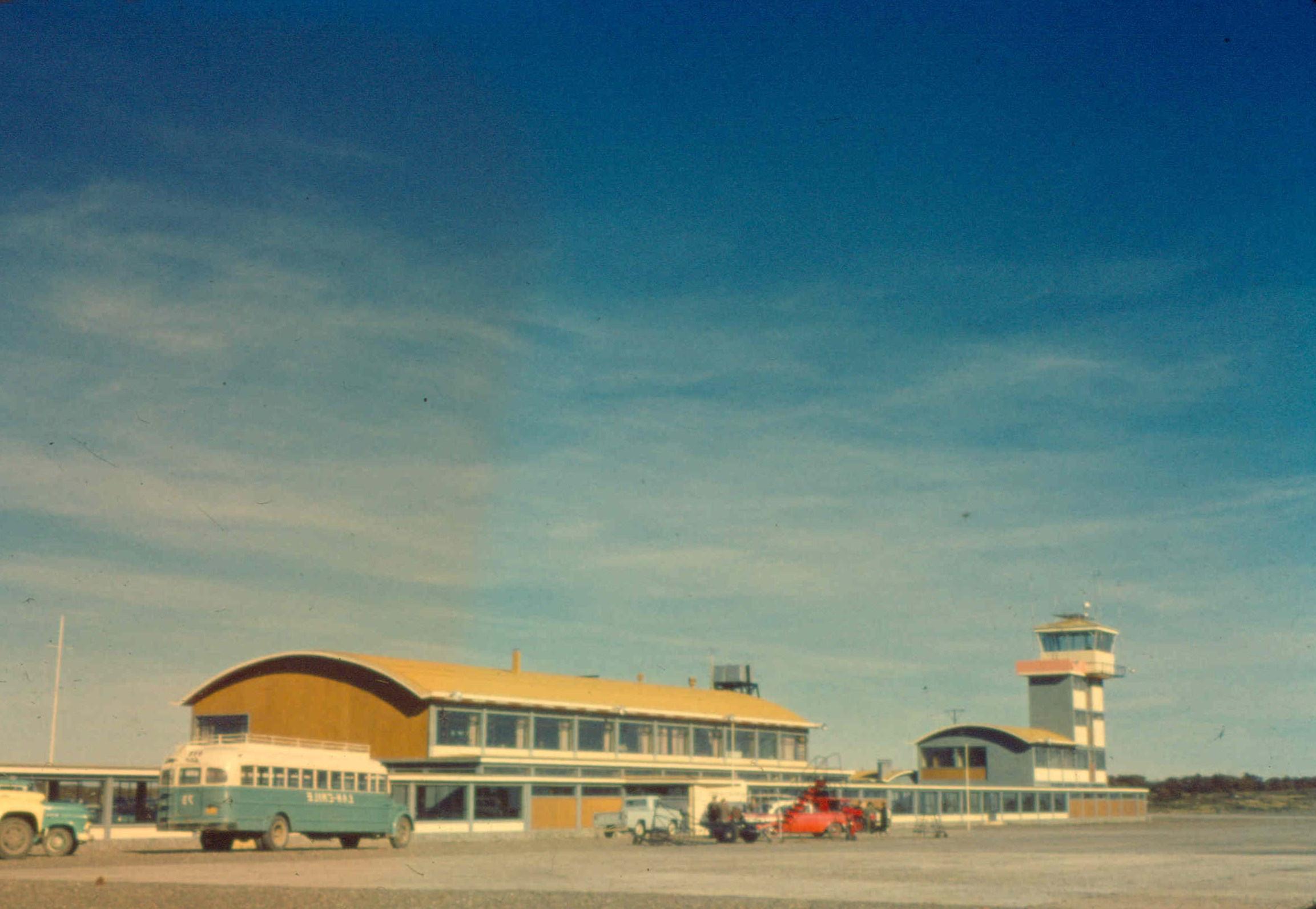 Enterreno - Fotos históricas de chile - fotos antiguas de Chile - Aeropuero de punta Arenas en 1962