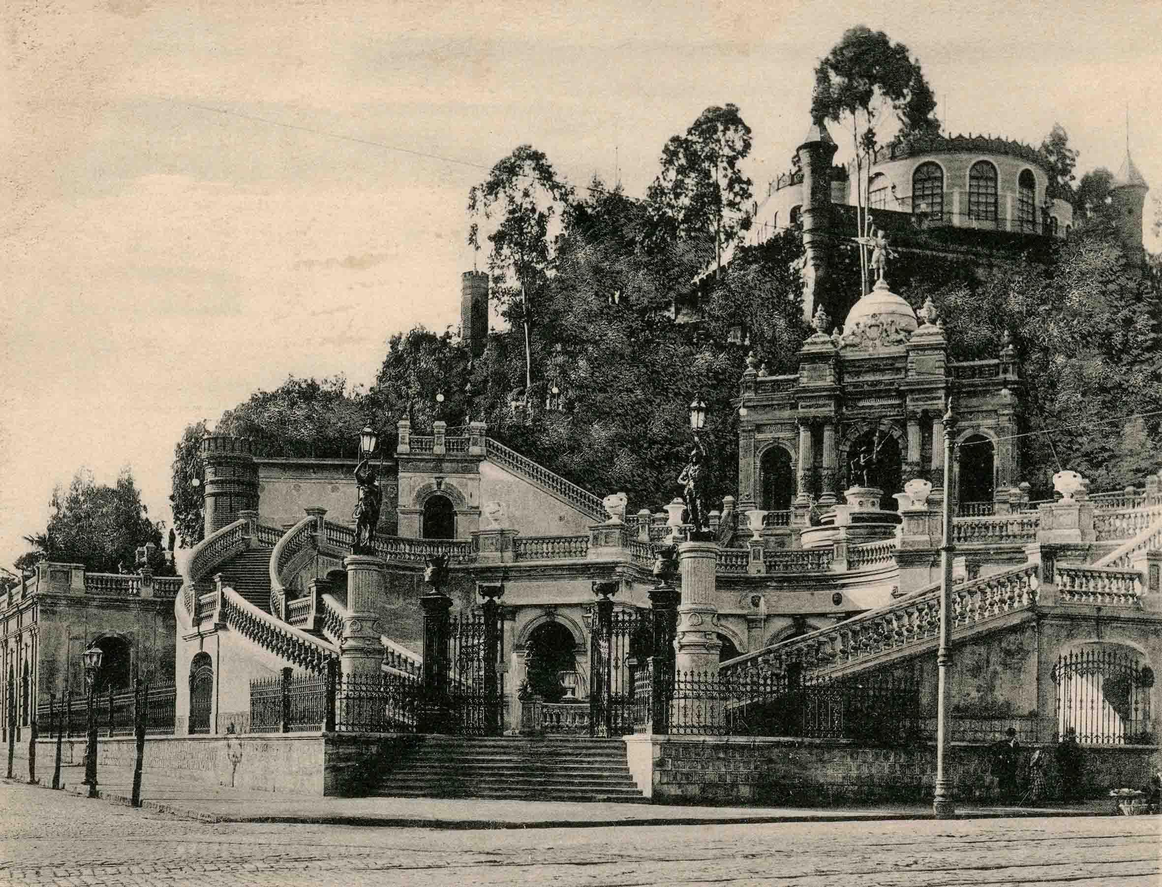 Enterreno - Fotos históricas de chile - fotos antiguas de Chile - Acceso del Cerro Santa Lucía en 1903
