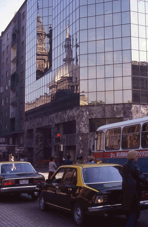 Enterreno - Fotos históricas de chile - fotos antiguas de Chile - Esquina Catedral con Puente en 1983