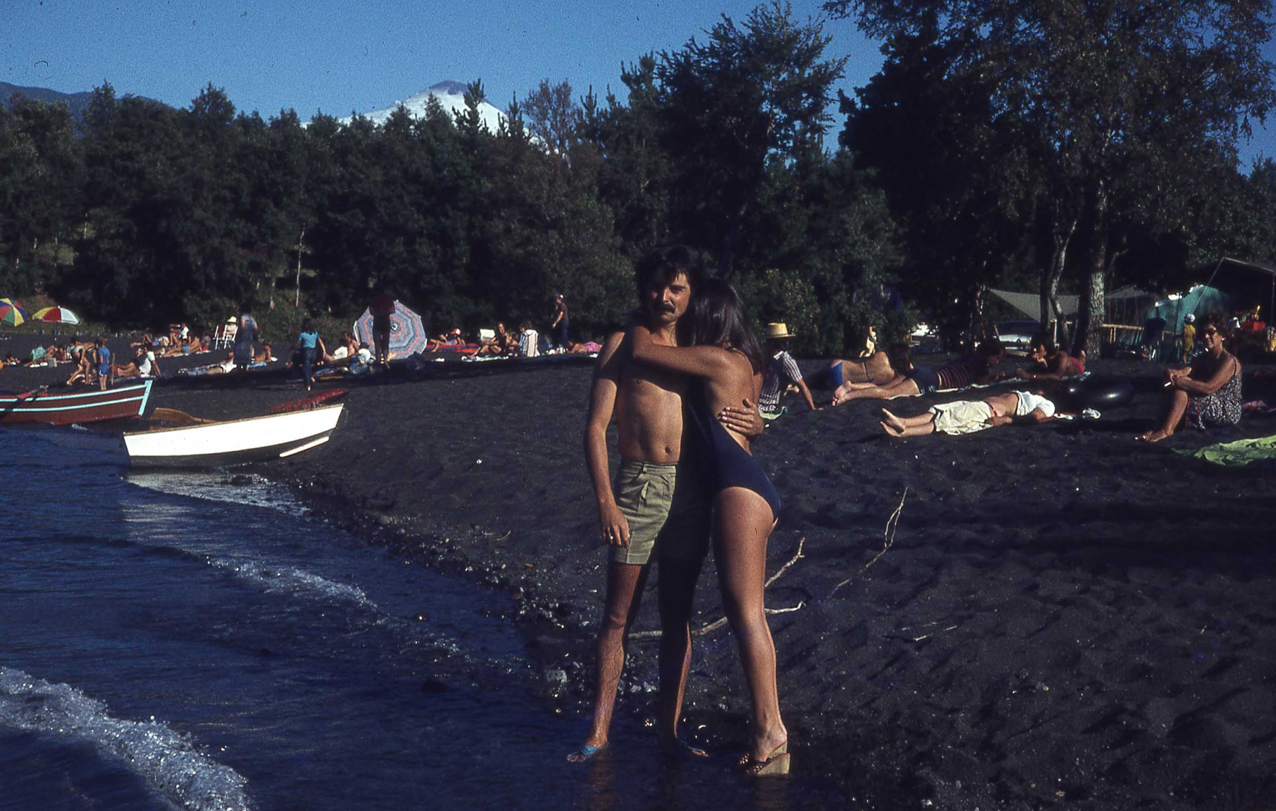 Enterreno - Fotos históricas de chile - fotos antiguas de Chile - Playa de Pucón a finales de los 70