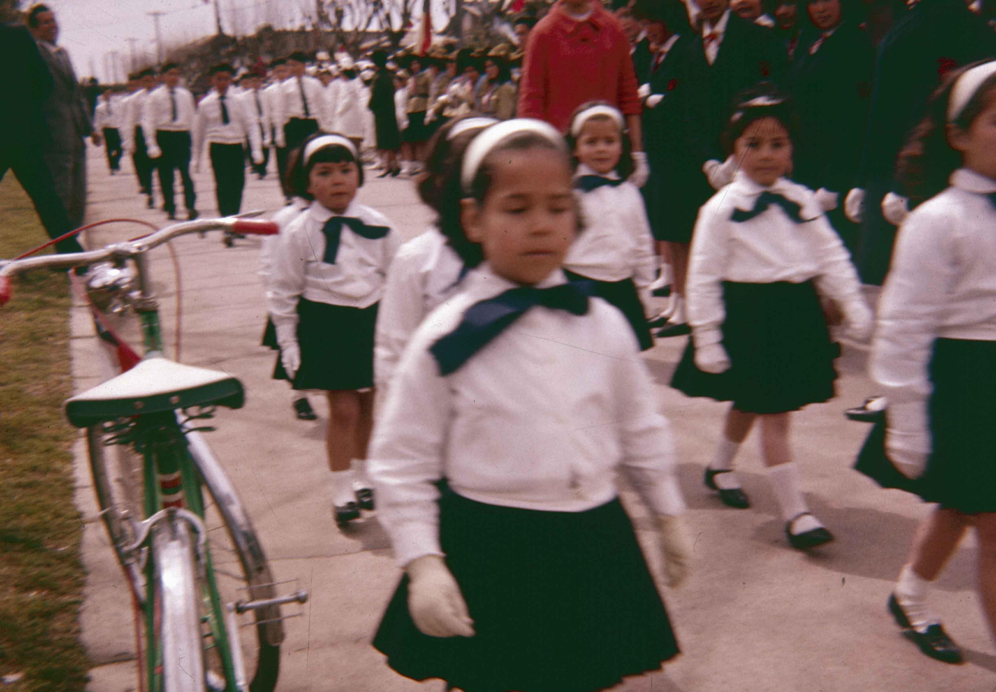 Enterreno - Fotos históricas de chile - fotos antiguas de Chile - Desfile, Teno en los años 60