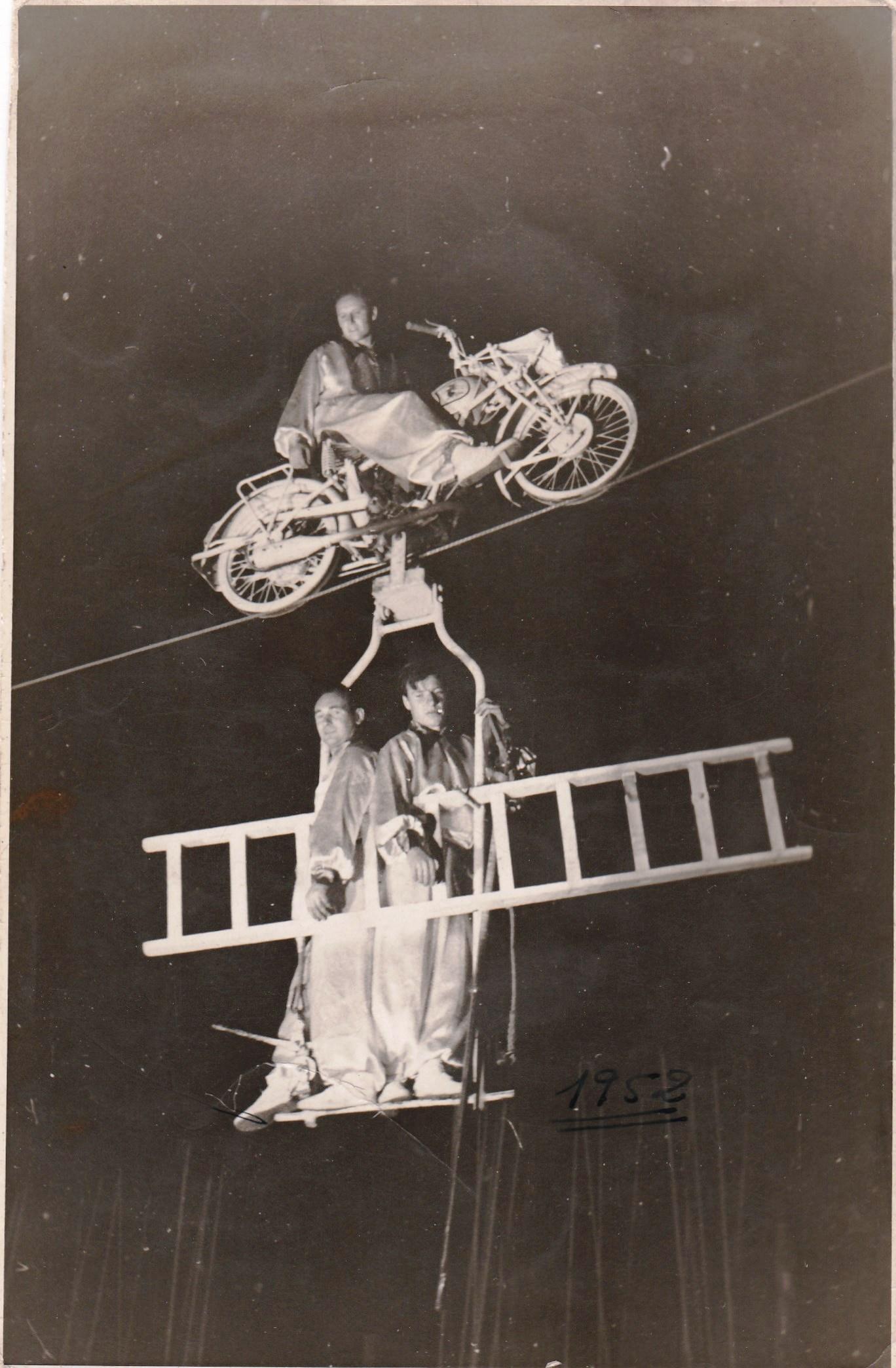 Enterreno - Fotos históricas de chile - fotos antiguas de Chile - Equilibristas alemanes en Santiago, 1952