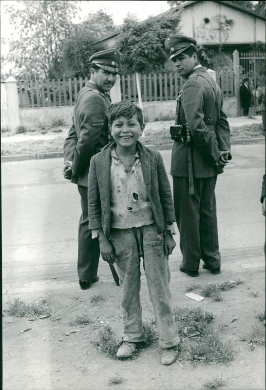 Enterreno - Fotos históricas de chile - fotos antiguas de Chile - Niño campesino y carabineros en 1965