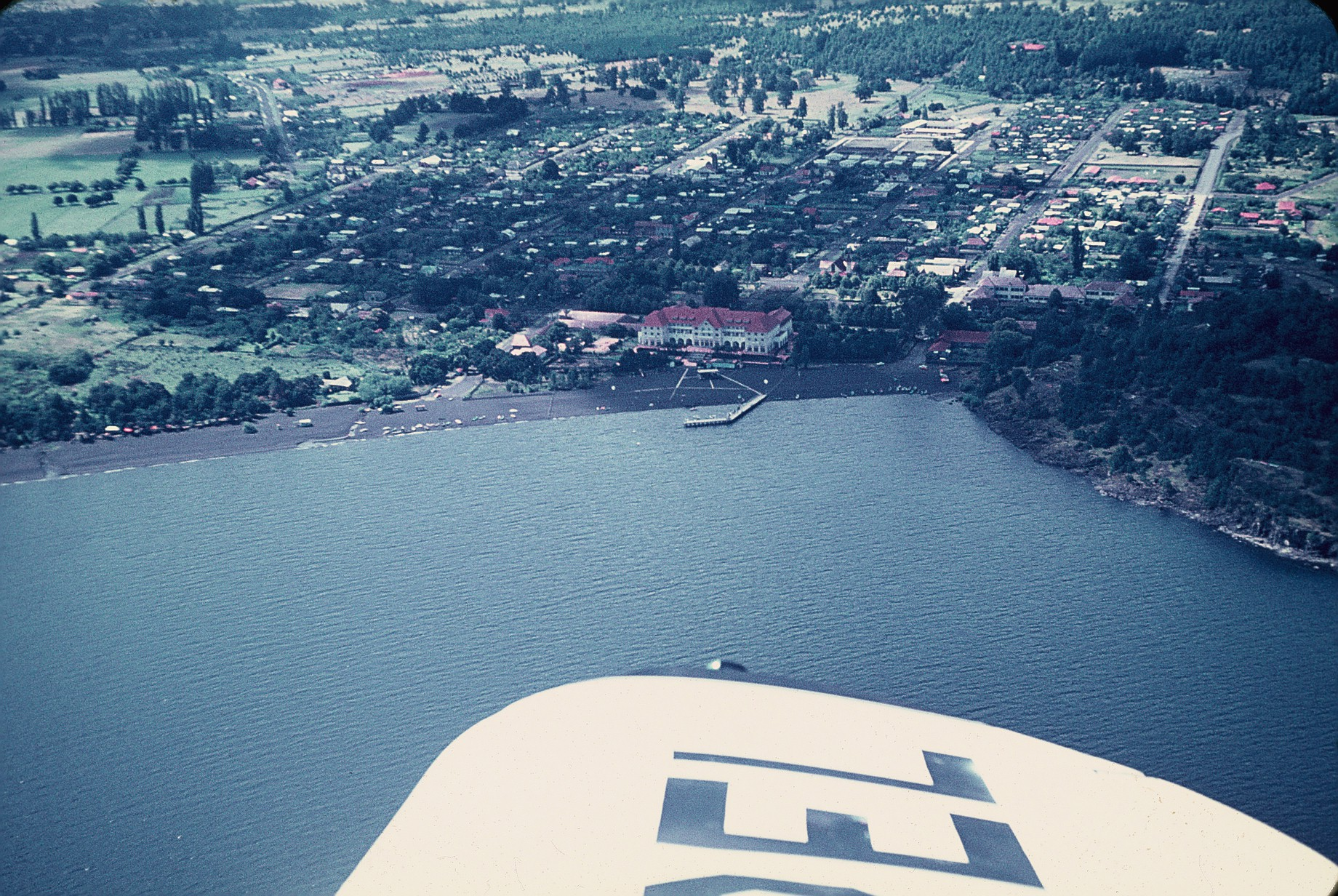 Enterreno - Fotos históricas de chile - fotos antiguas de Chile - Pucon desde el aire 1970