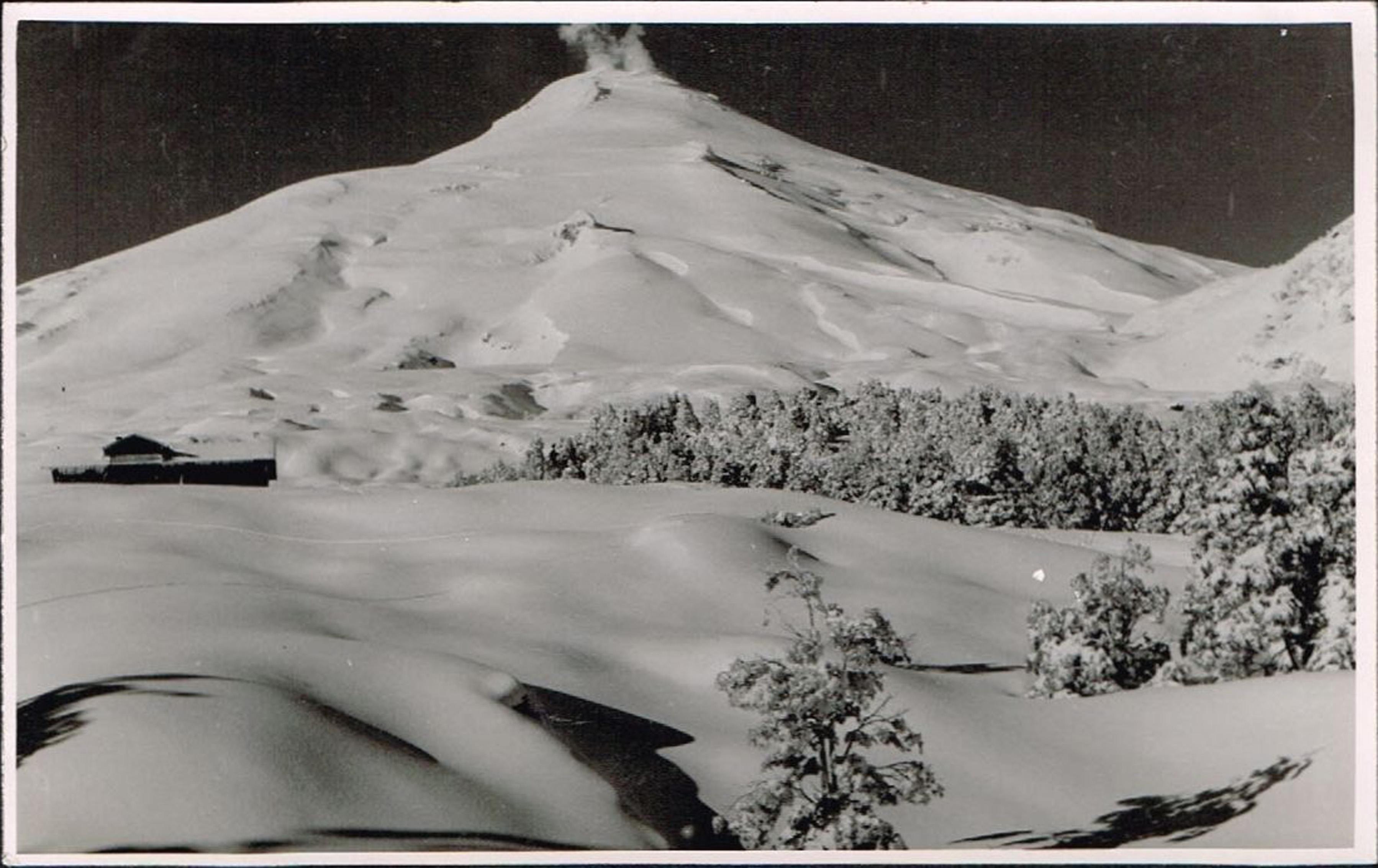 Enterreno - Fotos históricas de chile - fotos antiguas de Chile - Volcán Villarrica en invierno, 1945