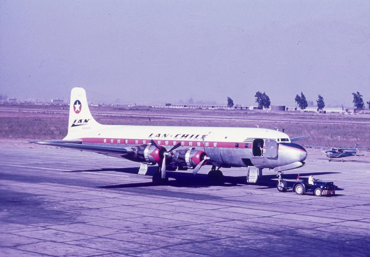 Enterreno - Fotos históricas de chile - fotos antiguas de Chile - Avión LAN en el Aeropuerto de Cerrillos, 1958