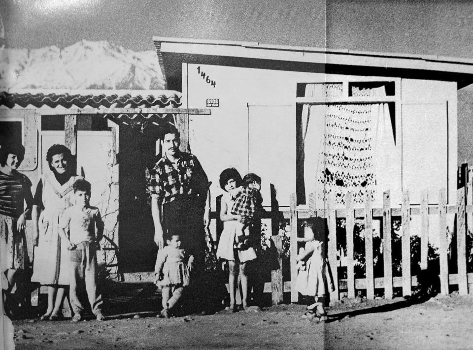 Enterreno - Fotos históricas de chile - fotos antiguas de Chile - Familia en la población San Gregorio, 1964