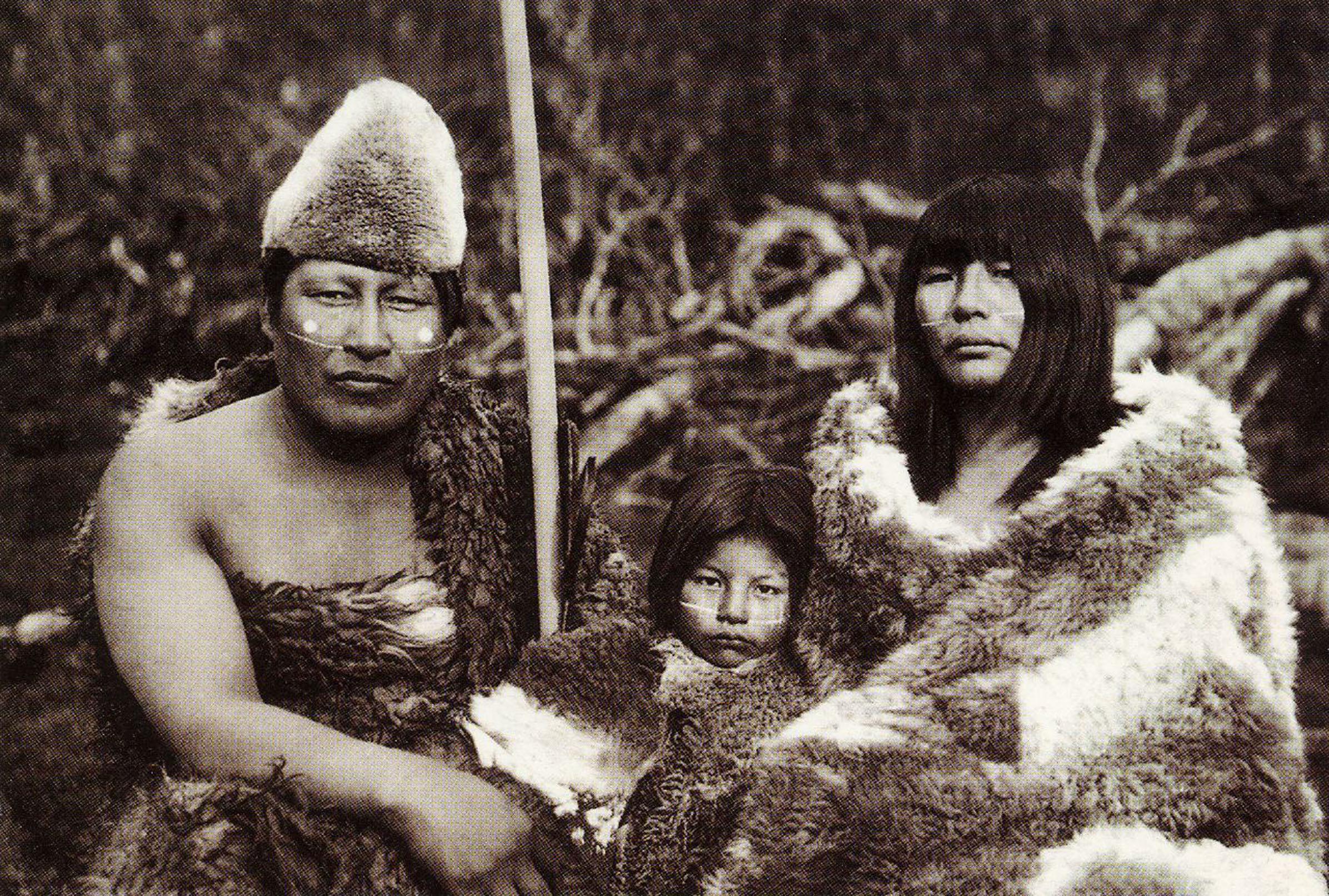 Enterreno - Fotos históricas de chile - fotos antiguas de Chile - Familia Selk'nam en 1917