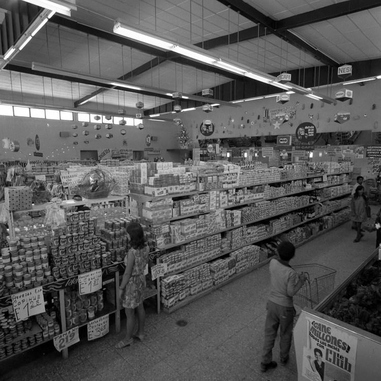 Enterreno - Fotos históricas de chile - fotos antiguas de Chile - Interior de supermercado en 1972