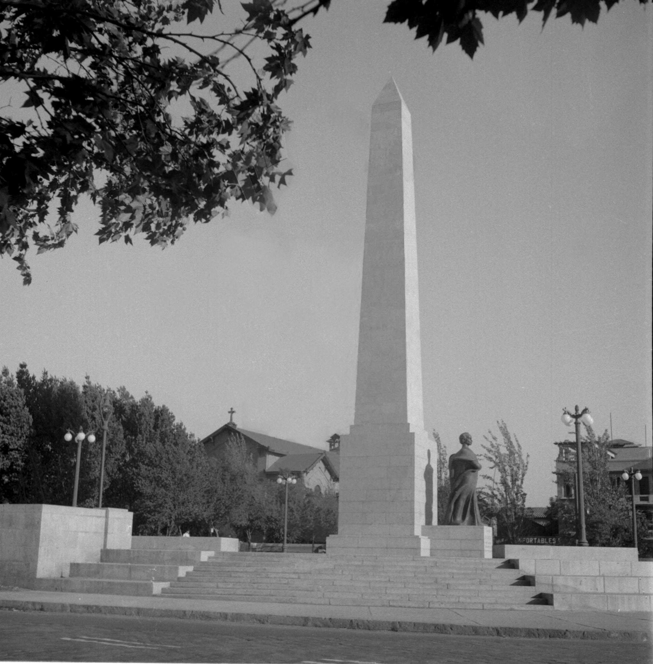 Enterreno - Fotos históricas de chile - fotos antiguas de Chile - Obelisco Balmaceda en 1950