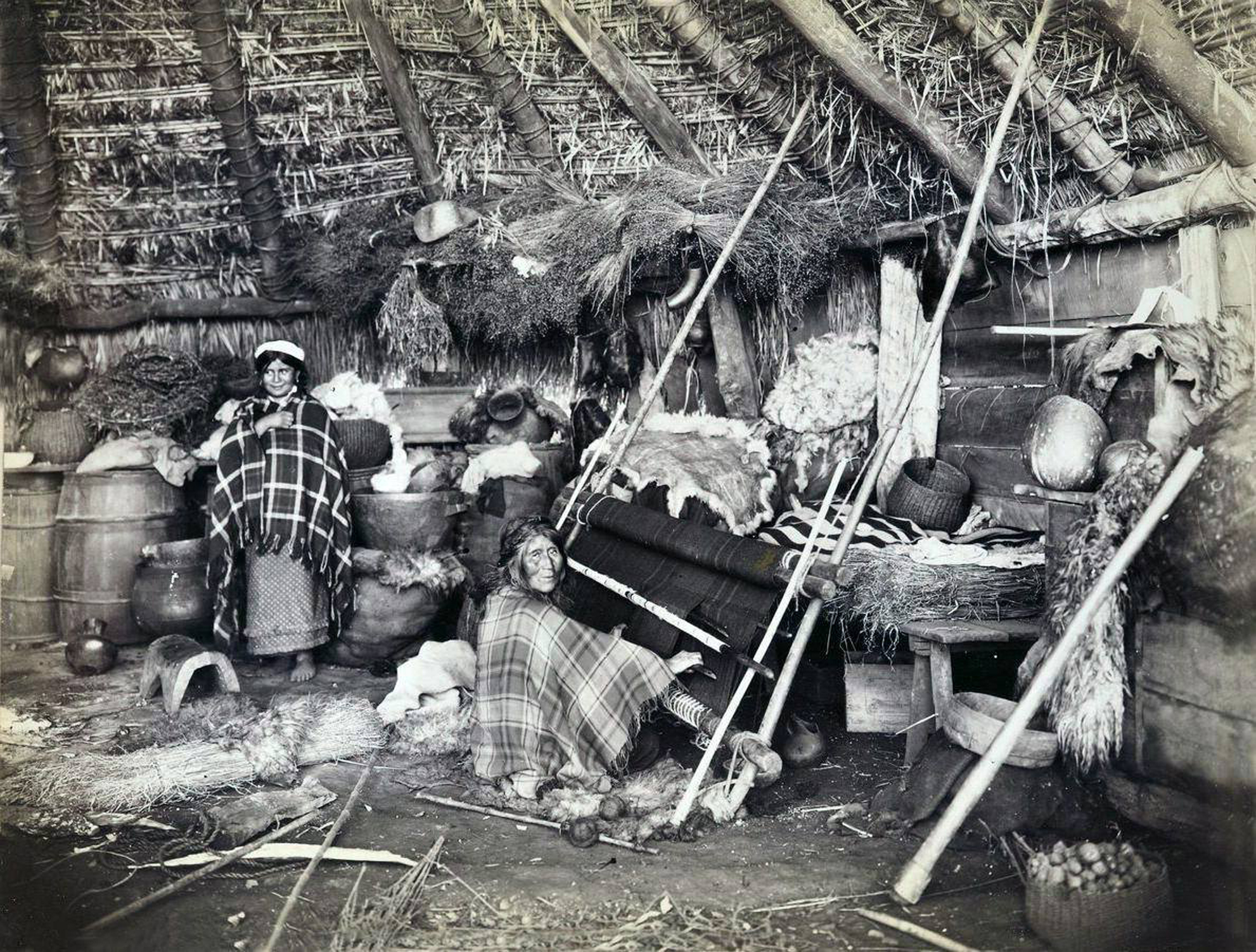 Enterreno - Fotos históricas de chile - fotos antiguas de Chile - Interior de ruca mapuche, 1895