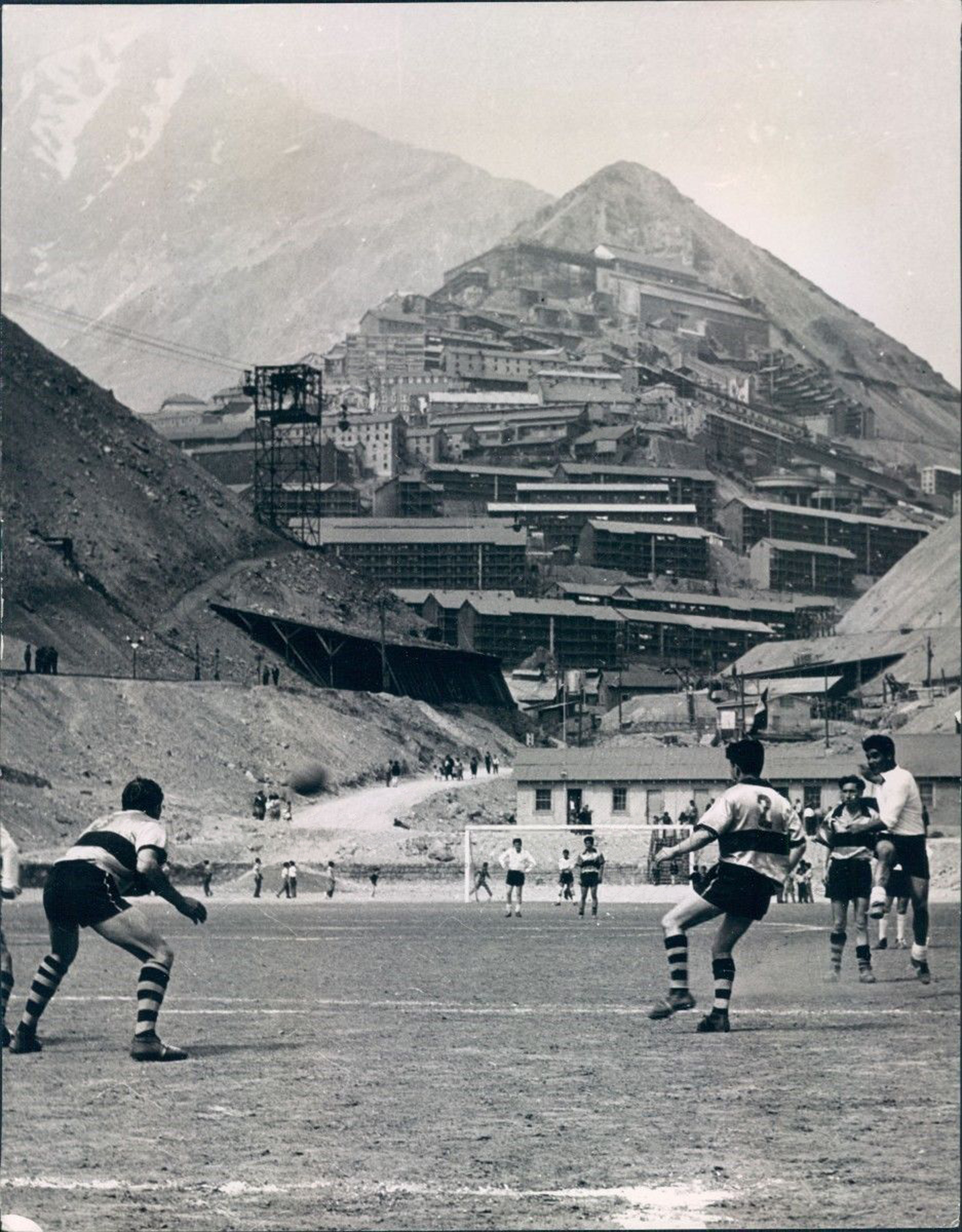 Enterreno - Fotos históricas de chile - fotos antiguas de Chile - Fútbol en Sewell, 1967