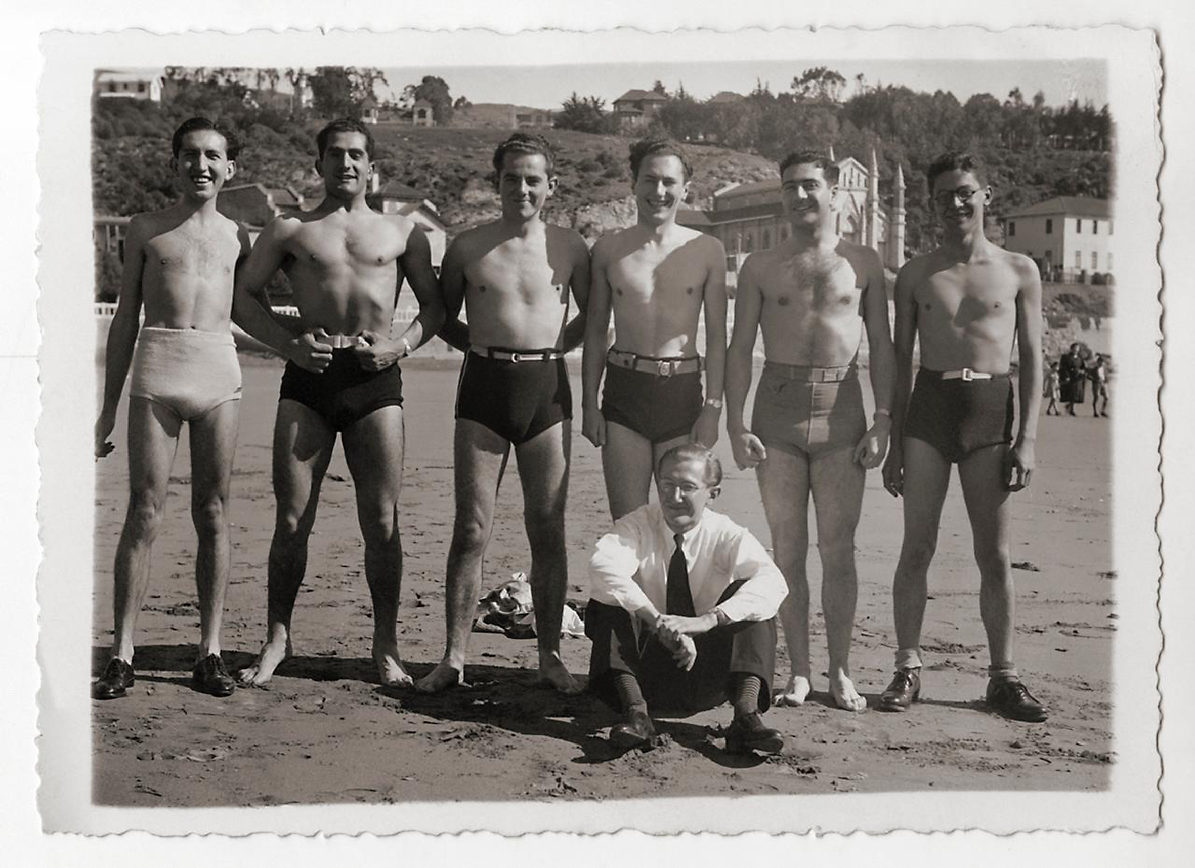 Enterreno - Fotos históricas de chile - fotos antiguas de Chile - Amigos en Playa Chica de Cartagena en 1930
