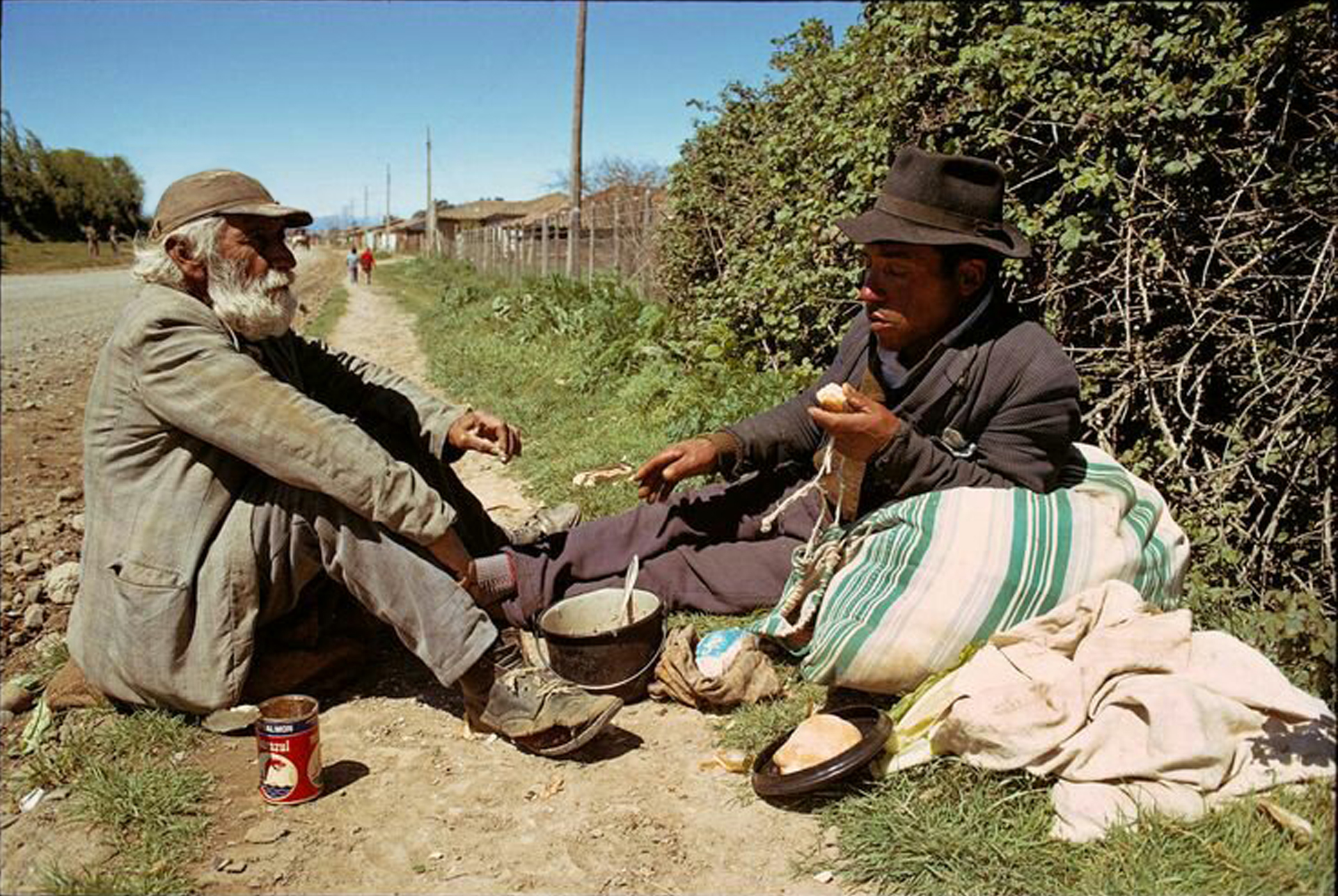 Enterreno - Fotos históricas de chile - fotos antiguas de Chile - Campesinos afuerinos almorzando, 1971
