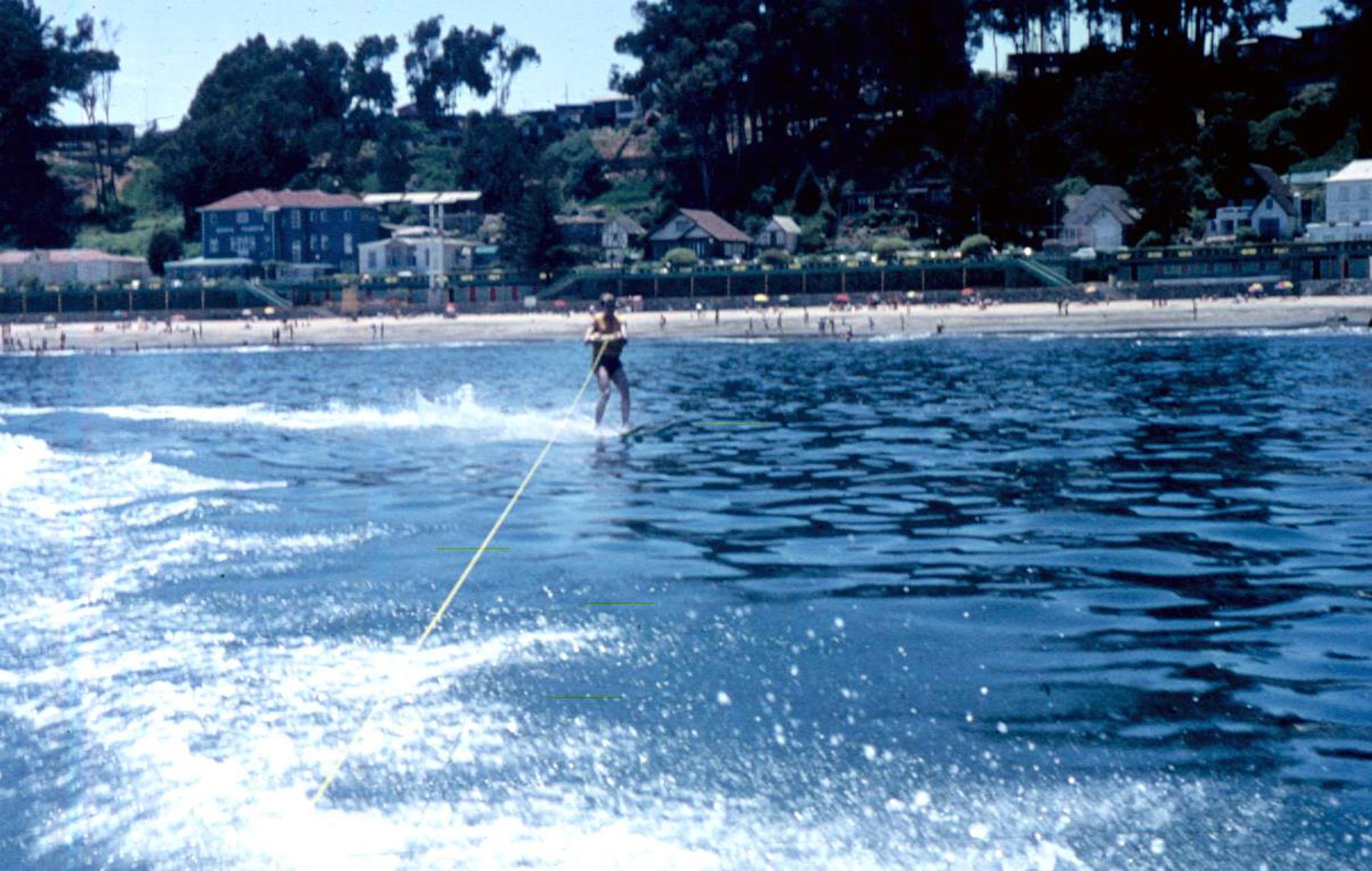 Enterreno - Fotos históricas de chile - fotos antiguas de Chile - Esquí acuático frente a la Playa Amarilla de Concón, 1970