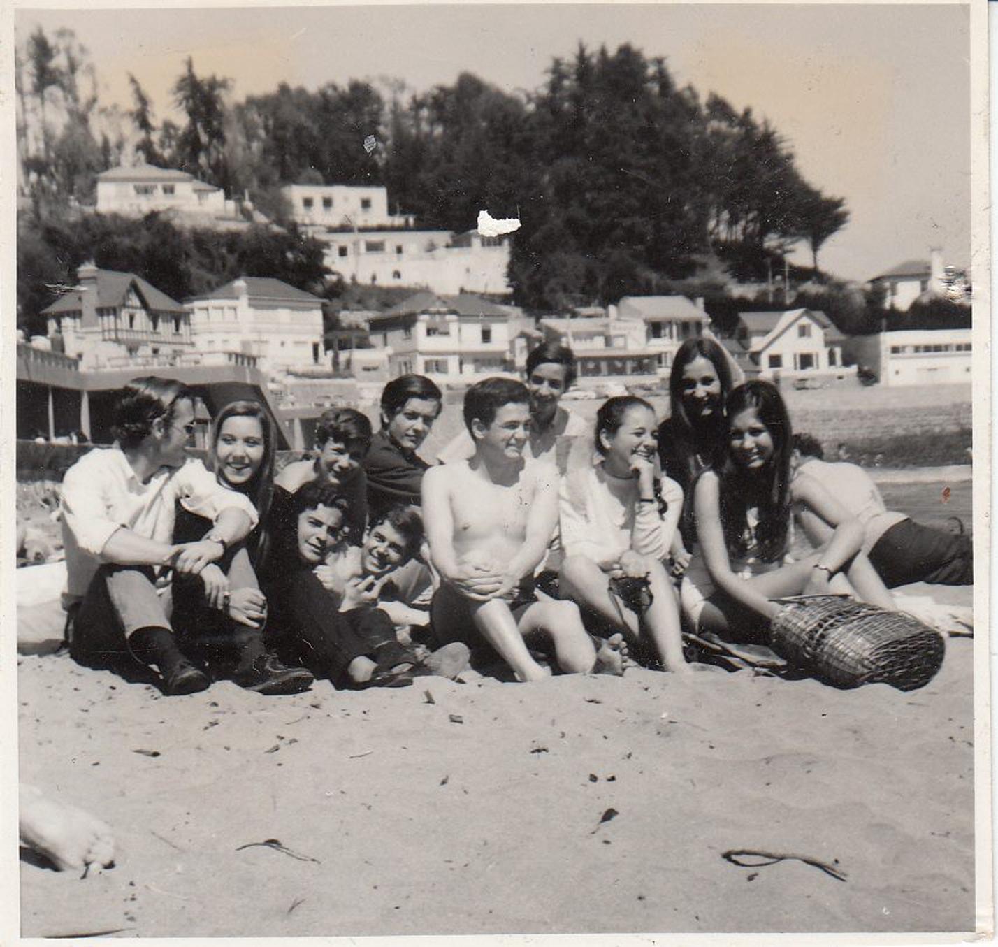 Enterreno - Fotos históricas de chile - fotos antiguas de Chile - Grupo de jóvenes veraneantes en la Playa Amarilla de Concón