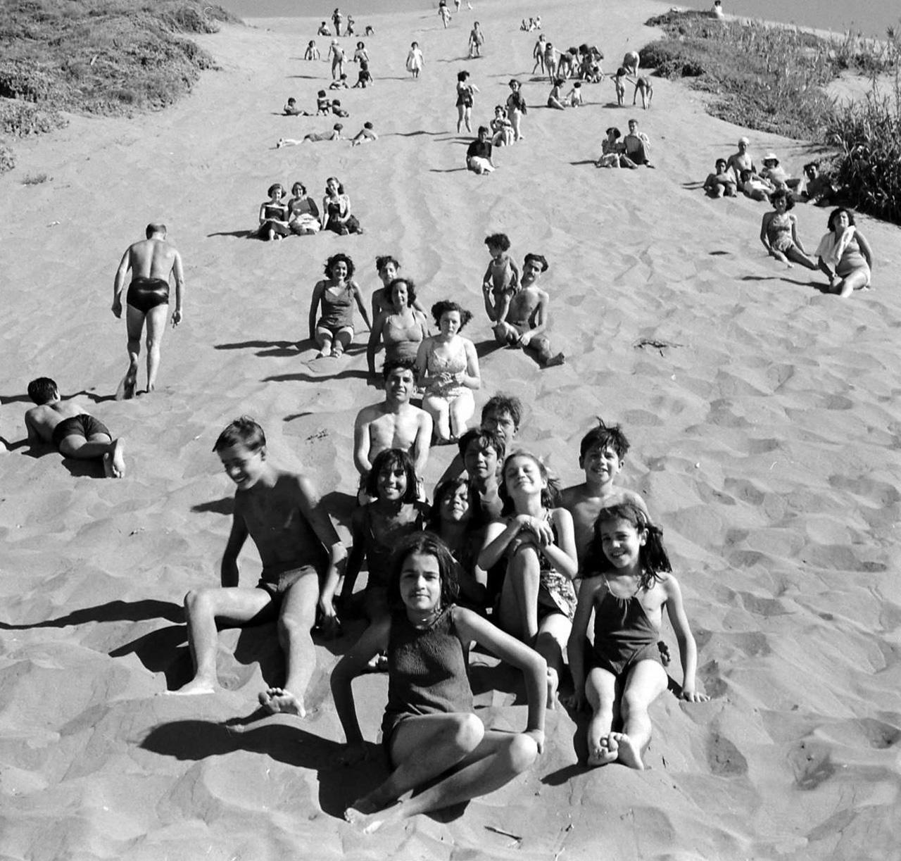 Enterreno - Fotos históricas de chile - fotos antiguas de Chile - Bañistas en la Duna de Los Lilenes en Concón