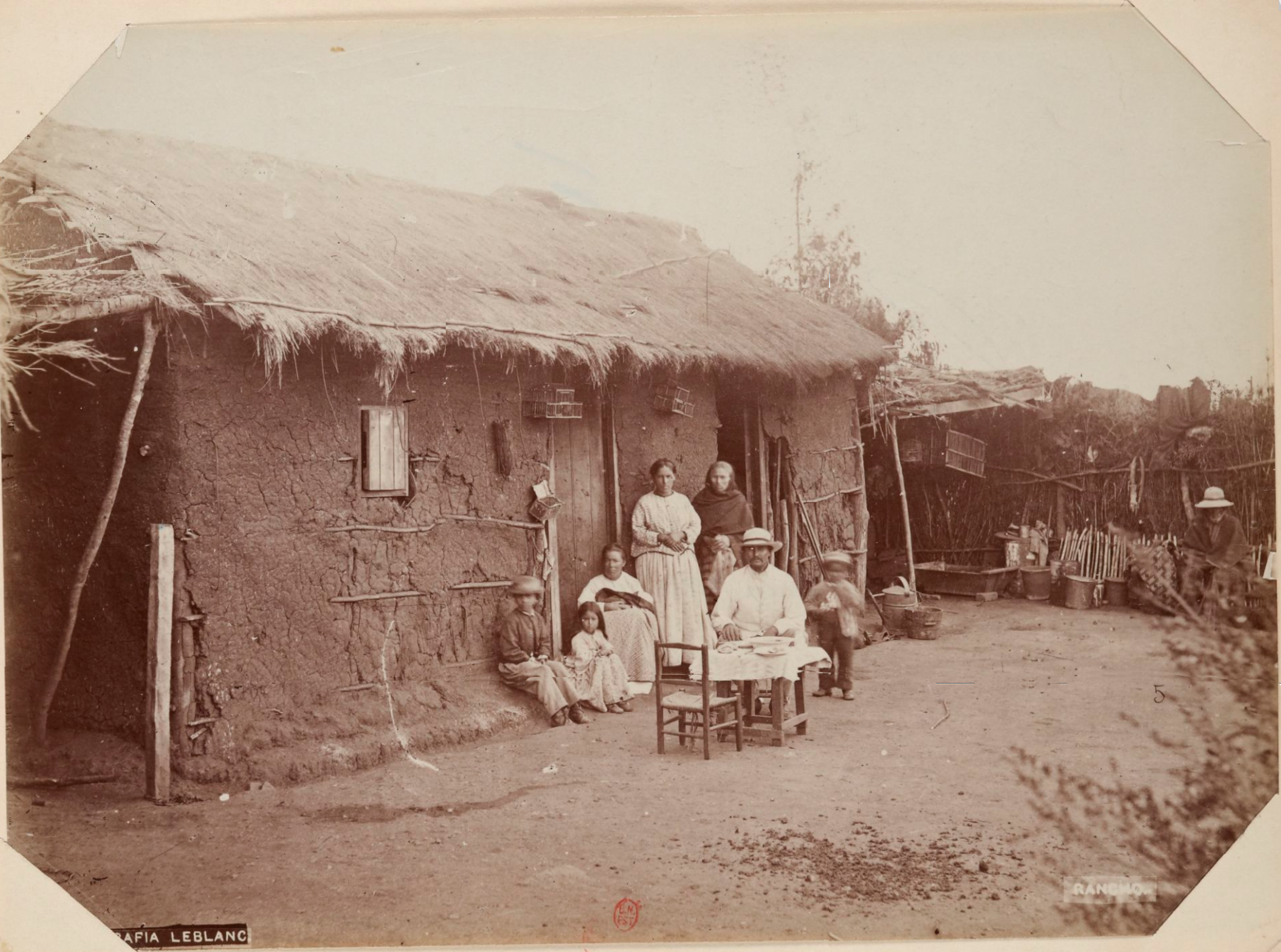Enterreno - Fotos históricas de chile - fotos antiguas de Chile - Familia campesina y su vivienda en la Zona Central, 1895