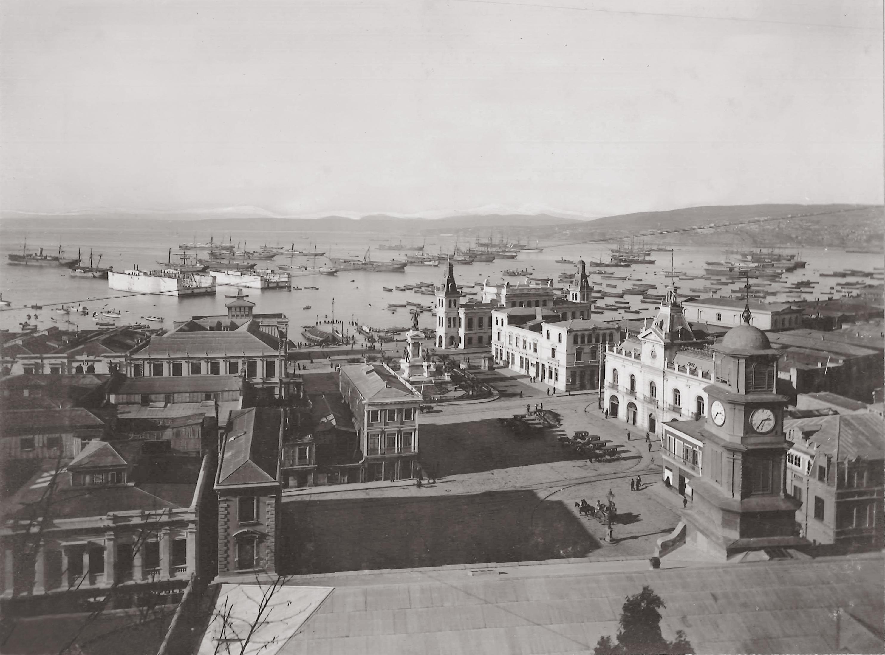 Enterreno - Fotos históricas de chile - fotos antiguas de Chile - Plaza Sotomayor en Valparaíso, 1902