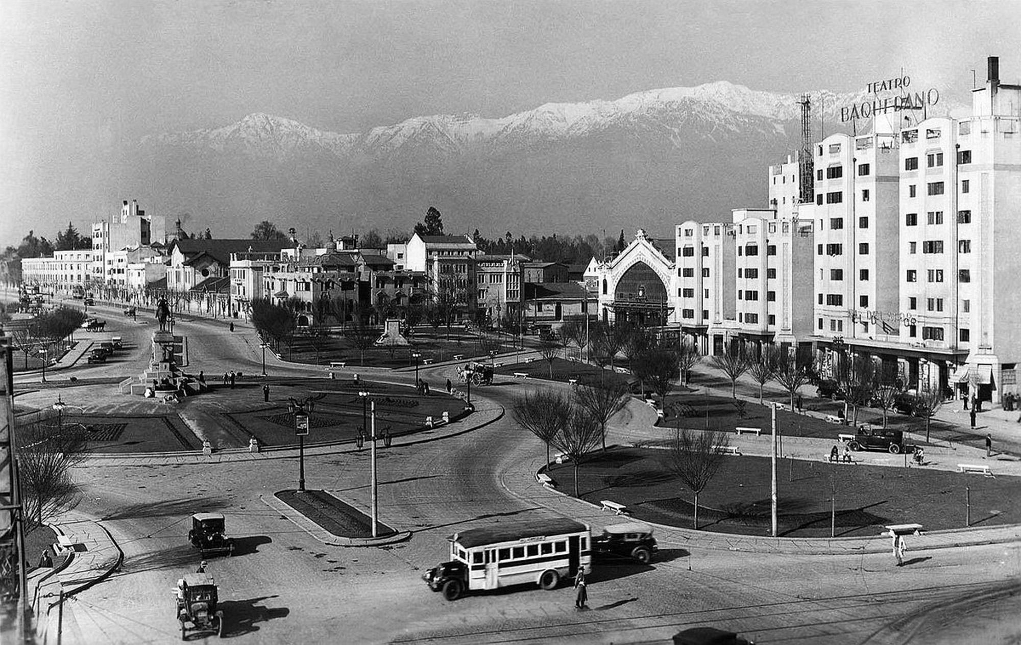 Enterreno - Fotos históricas de chile - fotos antiguas de Chile - Plaza Italia de Santiago, 1935