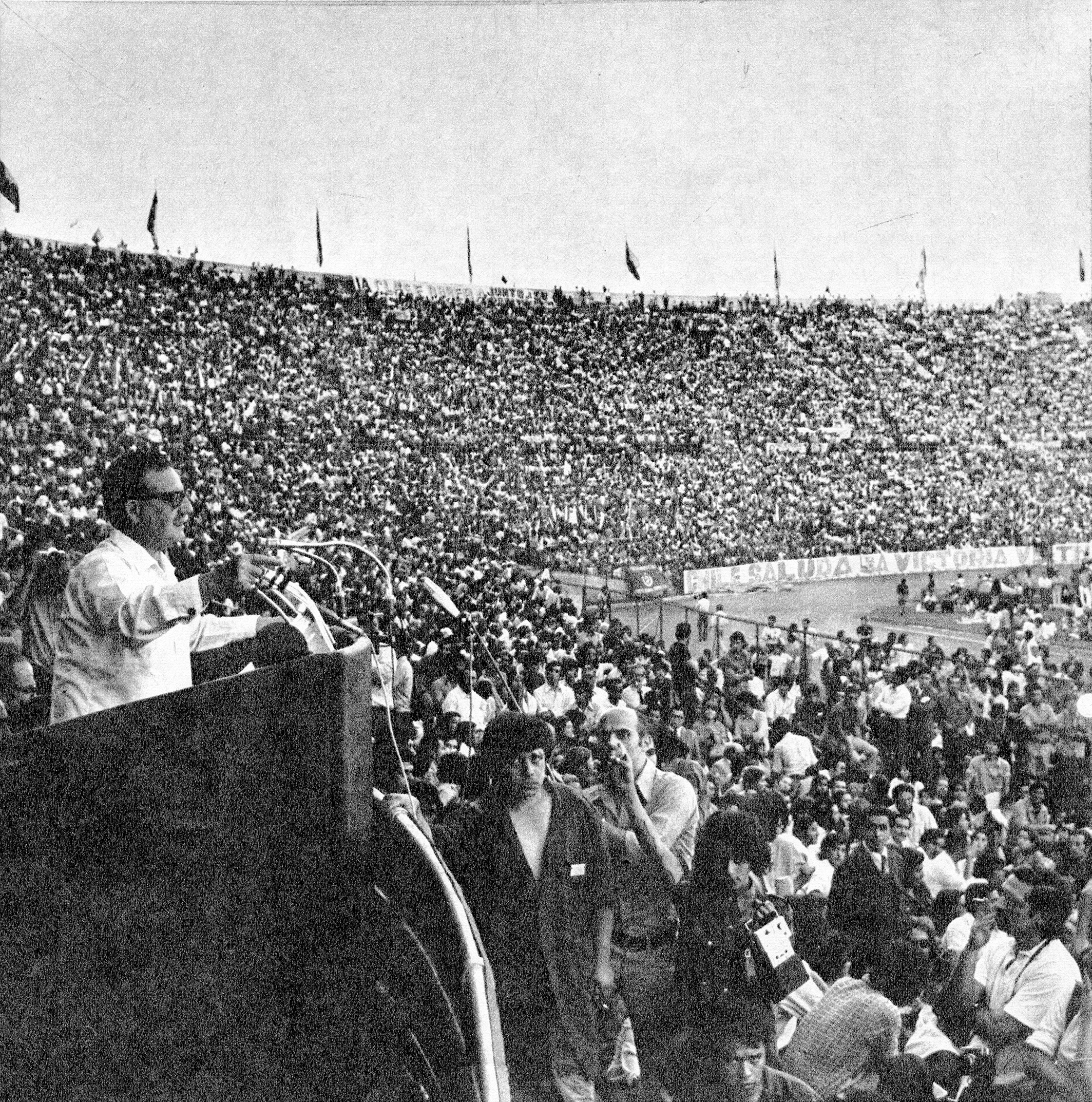 Enterreno - Fotos históricas de chile - fotos antiguas de Chile - Discurso de Allende en el Estadio Nacional