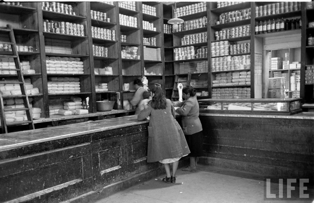 Enterreno - Fotos históricas de chile - fotos antiguas de Chile - Antiguo almacén, lugar desconocido en 1950