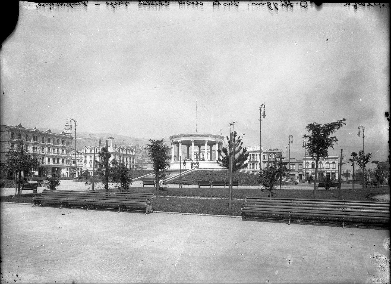 Enterreno - Fotos históricas de chile - fotos antiguas de Chile - Plaza Ohiggins de Valparaiso, 1911