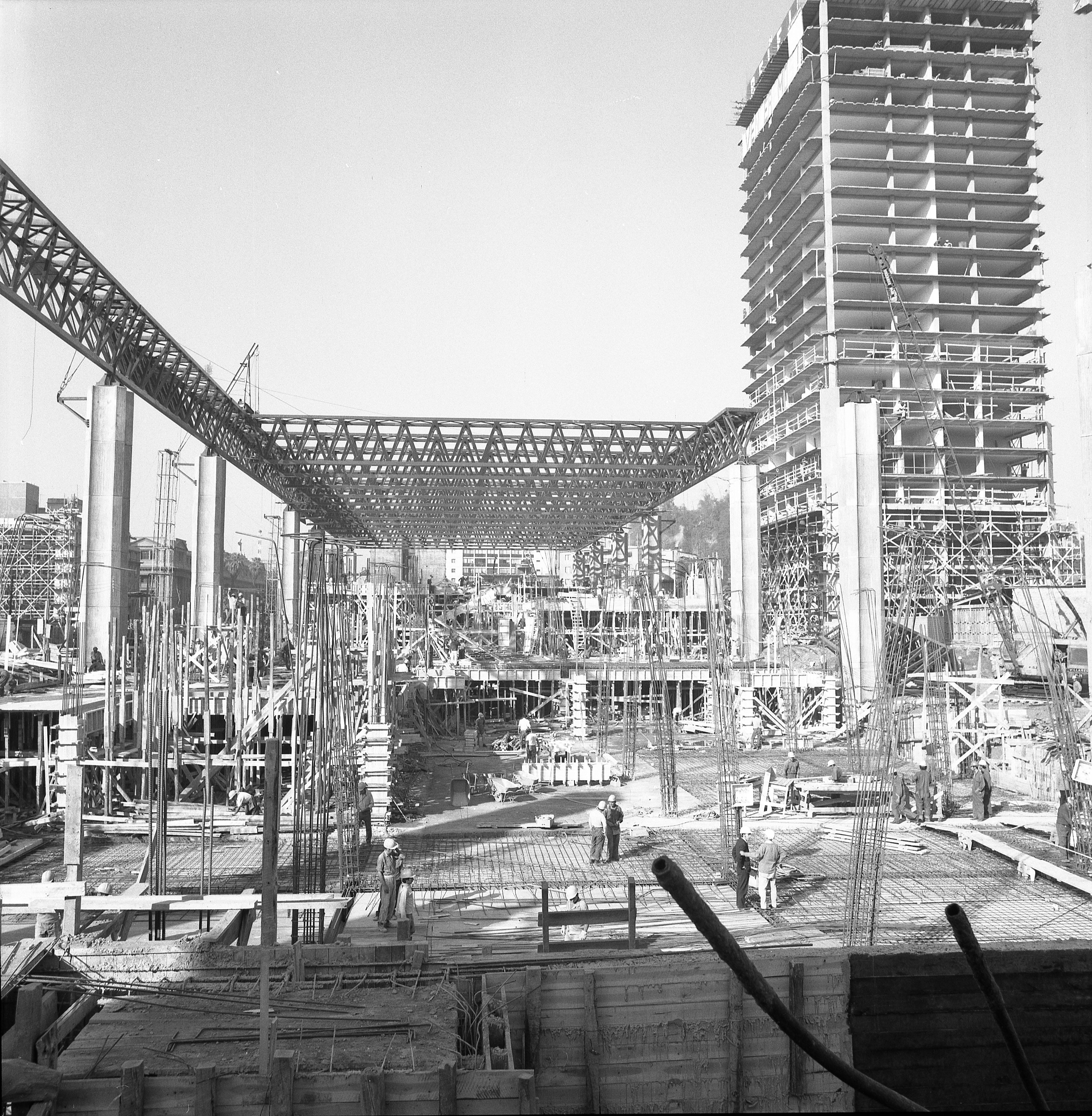 Enterreno - Fotos históricas de chile - fotos antiguas de Chile - Construcción Edificio Unctad III-Gabriela Mistral-CAP-Maestranza Cerrillos en 1971