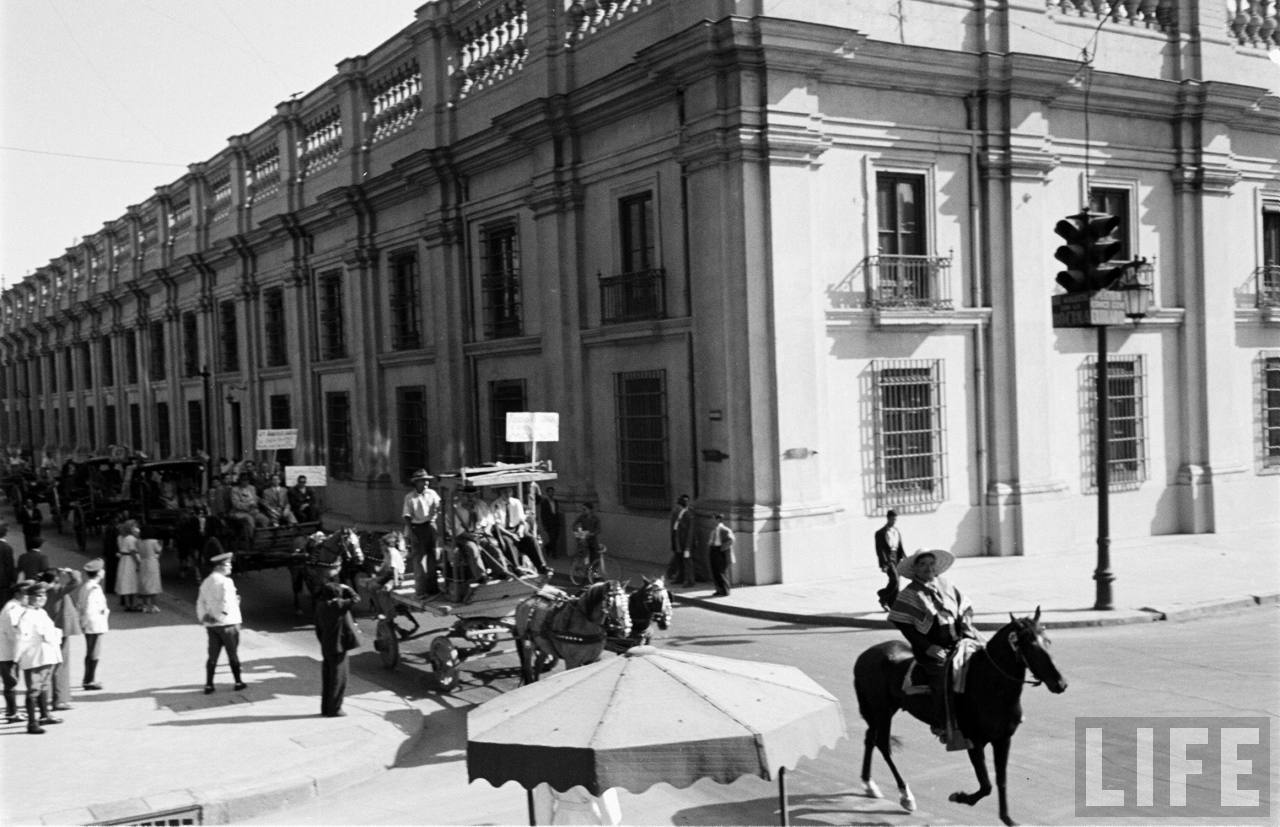 Enterreno - Fotos históricas de chile - fotos antiguas de Chile - Huasos en el Palacio de la Moneda, 1950