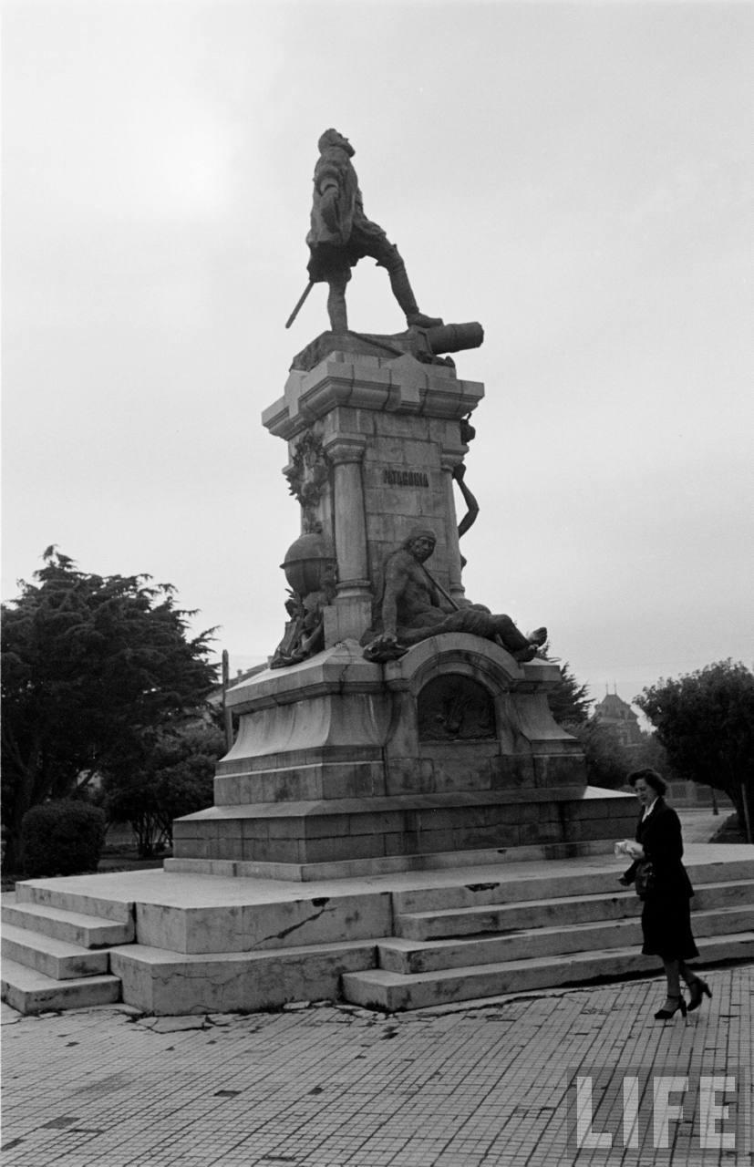Enterreno - Fotos históricas de chile - fotos antiguas de Chile - Monumento a Hernando de Magallanes en la plaza de Punta Arenas, 1950