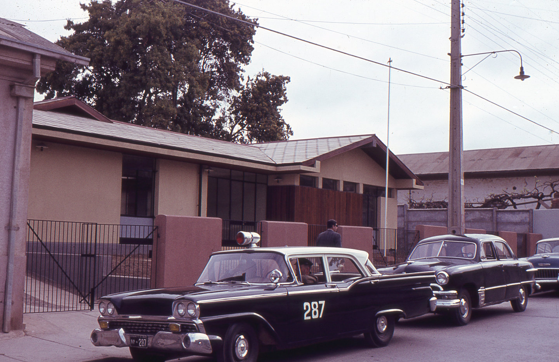 Enterreno - Fotos históricas de chile - fotos antiguas de Chile - Carabinero en La Ligua, ca 1970