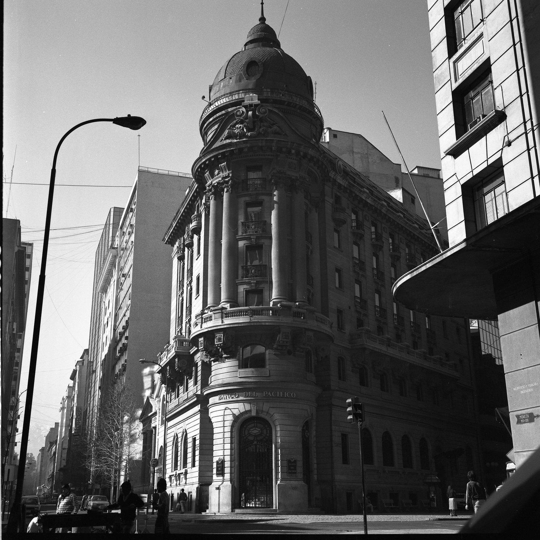 Enterreno - Fotos históricas de chile - fotos antiguas de Chile - Banco del Pacifico, ex hotel Mundial en el 1982