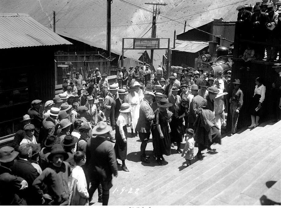 Enterreno - Fotos históricas de chile - fotos antiguas de Chile - Bienvenida en Sewell, ca 1920