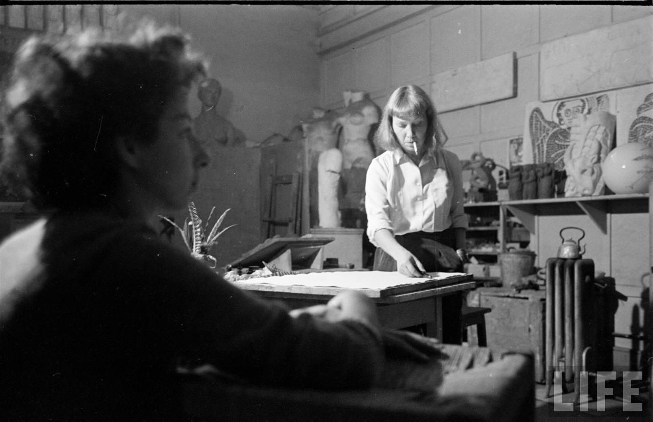 Enterreno - Fotos históricas de chile - fotos antiguas de Chile - Lily Garafulic trabajando en su taller, 1950