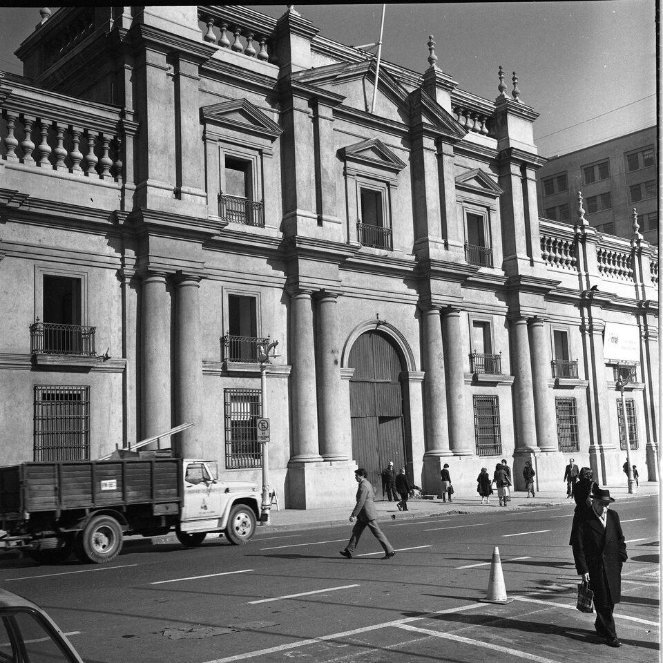 Enterreno - Fotos históricas de chile - fotos antiguas de Chile - Palacio la Moneda, 1980