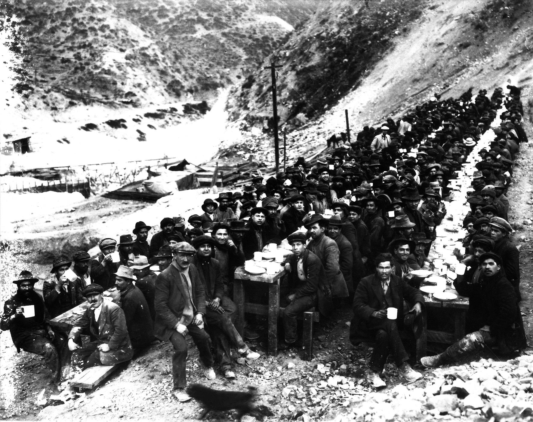 Enterreno - Fotos históricas de chile - fotos antiguas de Chile - Hora de almuerzo en Sewell, ca 1920