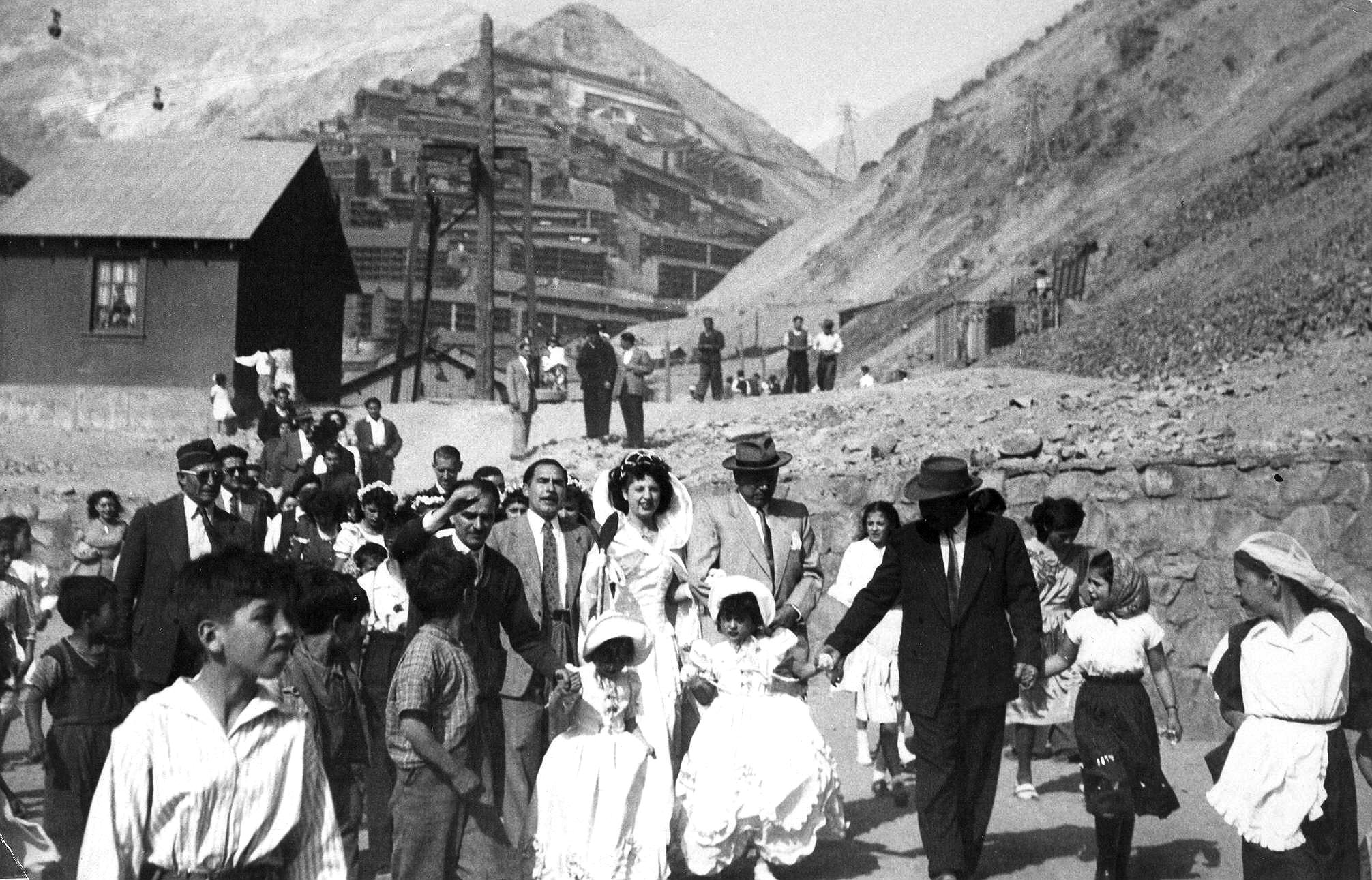 Enterreno - Fotos históricas de chile - fotos antiguas de Chile - Matrimonio en Sewell, ca 1920