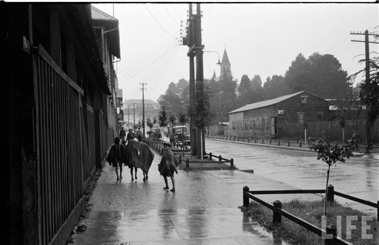 Enterreno - Fotos históricas de chile - fotos antiguas de Chile - Niños de la calle en Puerto Varas, 1950