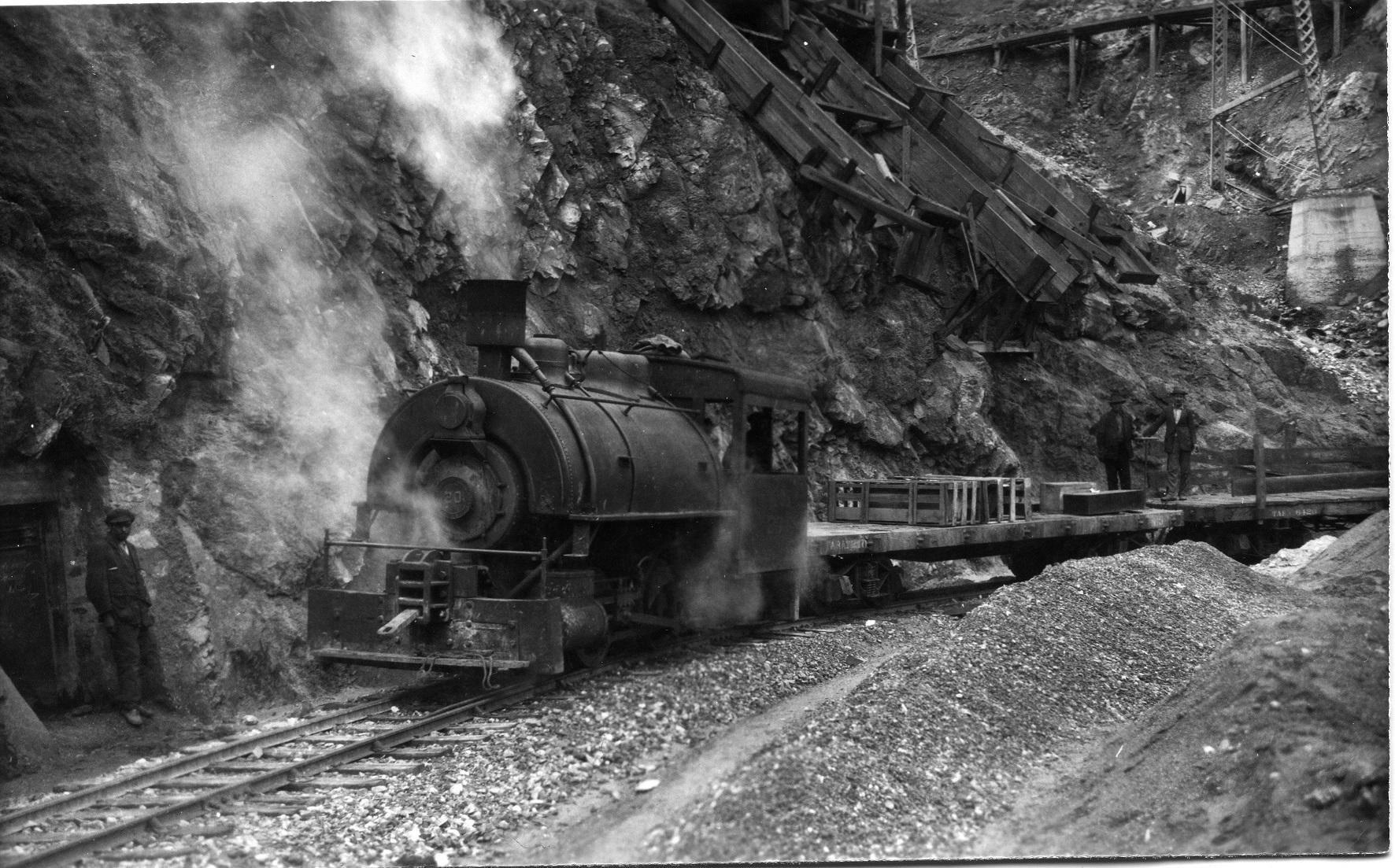 Enterreno - Fotos históricas de chile - fotos antiguas de Chile - Ferrocarril Sewell, ca 1920