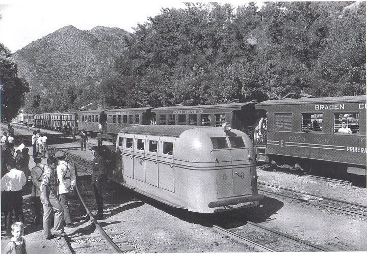 Enterreno - Fotos históricas de chile - fotos antiguas de Chile - Ferrocarriles detenidos en Sewell, ca. 1930