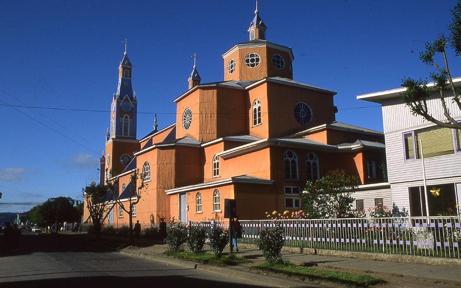 Enterreno - Fotos históricas de chile - fotos antiguas de Chile - Catedral de Castro, Chiloe, 1988