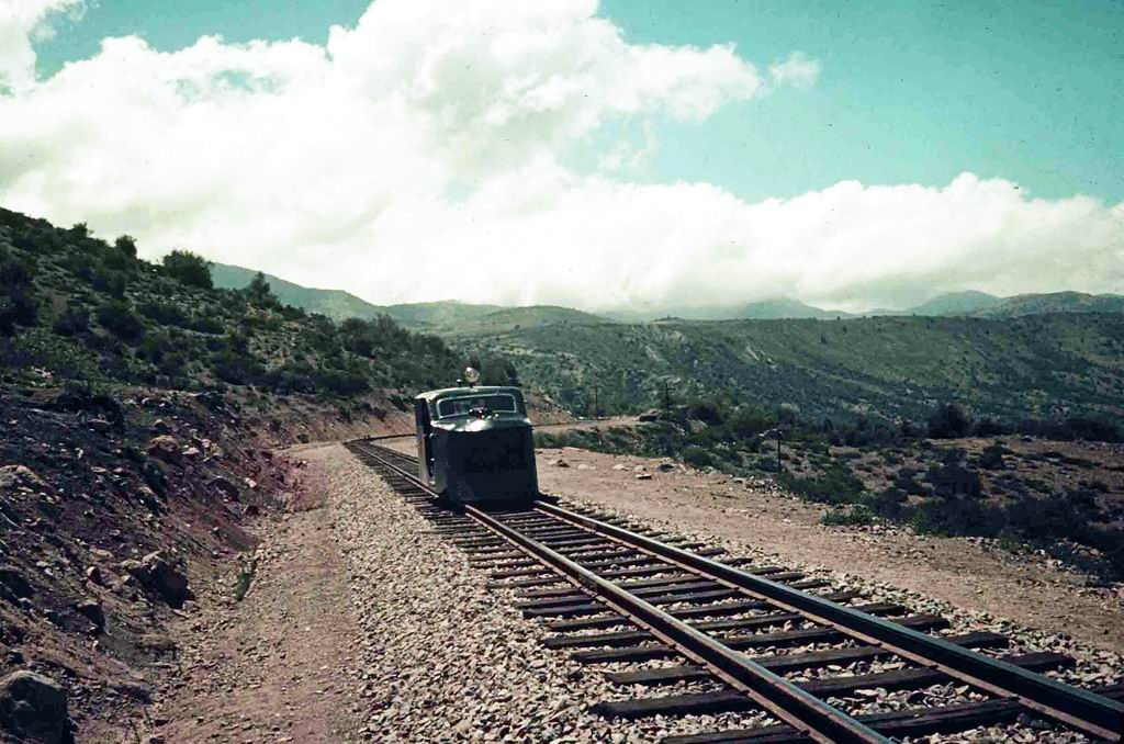 Enterreno - Fotos históricas de chile - fotos antiguas de Chile - Ferrocarril en movimiento en Sewell, ca. 1935