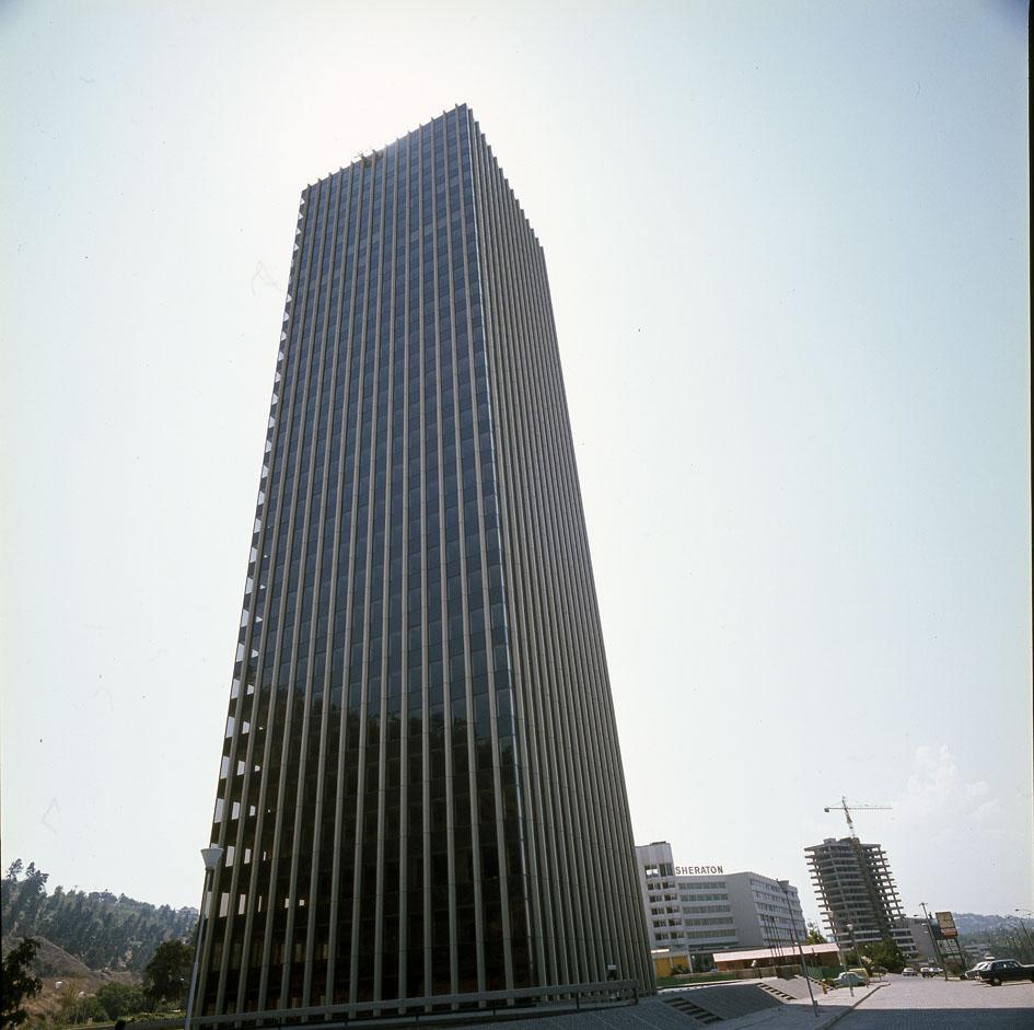 Enterreno - Fotos históricas de chile - fotos antiguas de Chile - Torre Santa María, Santiago, 1988.