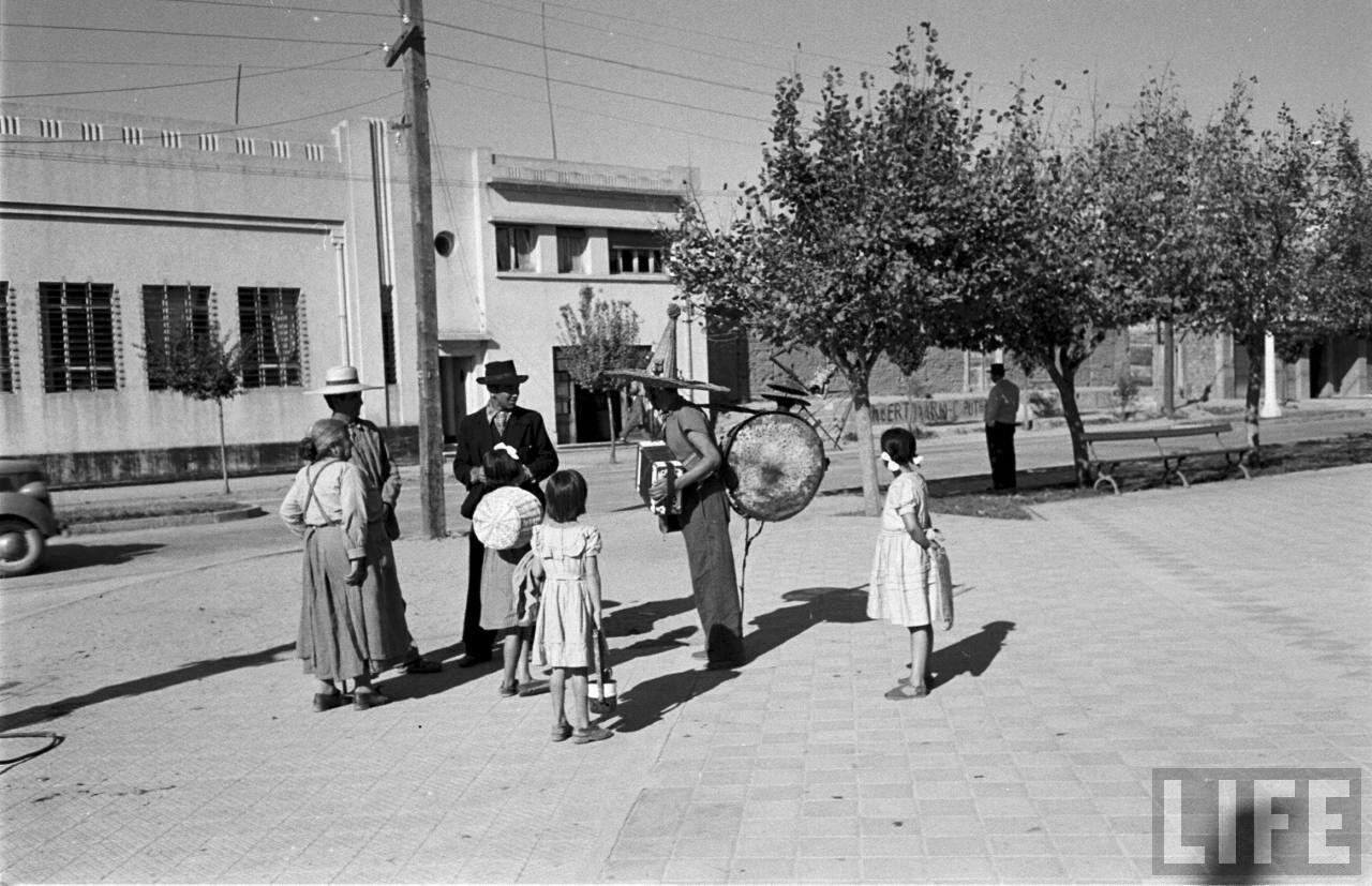 Enterreno - Fotos históricas de chile - fotos antiguas de Chile - Hombre orquesta en plaza de talca